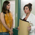 Als Michelle (Franziska Benz, l.) von Vanessa (Julia Augustin) erfährt, dass Marie durch den von ihr verursachten Sturz womöglich nicht mehr an der EM teilnehmen kann, kann sie ihr schlechtes Gewissen nicht mehr wegdrücken... (Quelle: RTL / Kai Schulz)