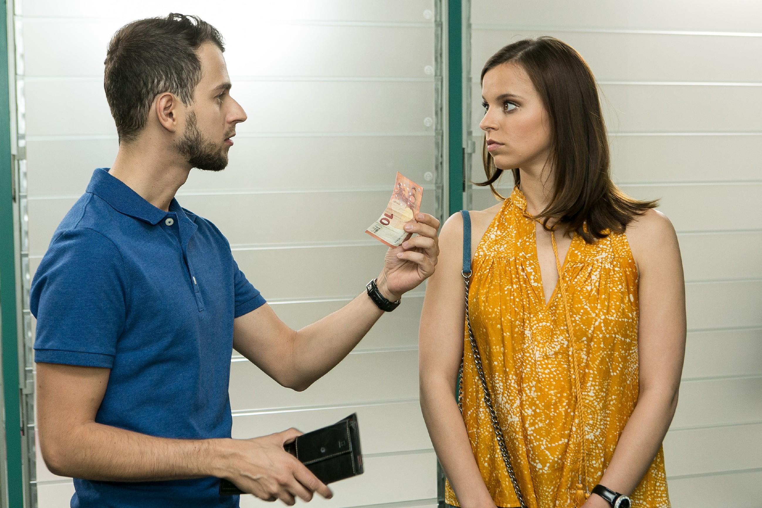 Auf dem Weg zu Marie, um sich zu entschuldigen, trifft Michelle (Franziska Benz) im Krankenhausflur auf Tobi (Michael Jassin). (Quelle: RTL / Kai Schulz)