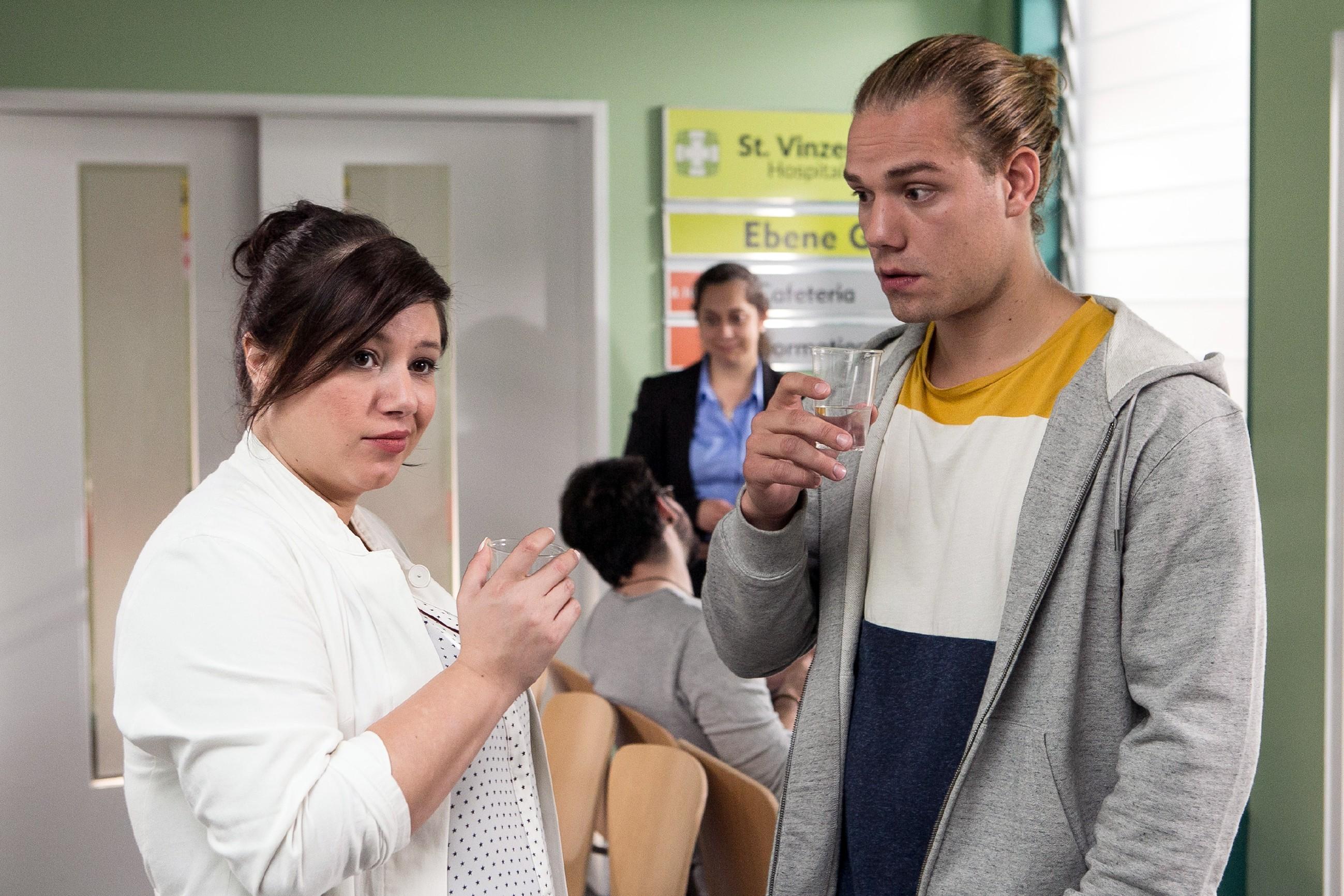 Vanessa (Julia Augustin) ist eher skeptisch, als Leo (Julian Bayer) glaubt, dass ein Medizinstudium ihn vor Gericht besser dastehen lassen würde. (Quelle: RTL / Kai Schulz)