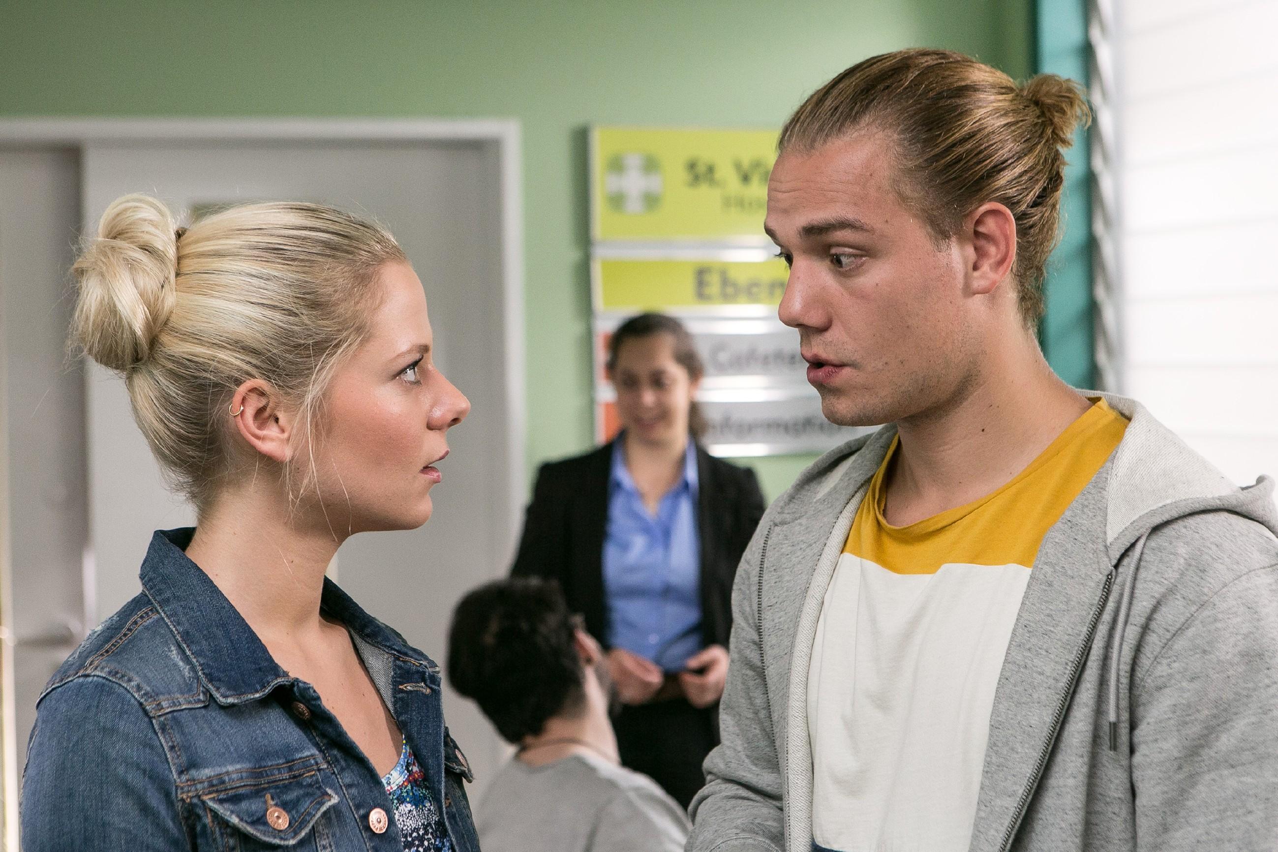 Marie (Cheyenne Pahde) trifft im Krankenhaus aauf Leo (Julian Bayer), dessen Optimismus einen Dämpfer erhält. (Quelle: RTL / Kai Schulz)