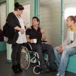 Vanessa (Julia Augustin) trifft im Krankenhaus auf Leo (Julian Bayer, r.) und Marian (Sam Eisenstein), der nach seinem Sprung vor Leos Auto in der Notaufnahme gelandet ist. (Quelle: RTL / Kai Schulz)