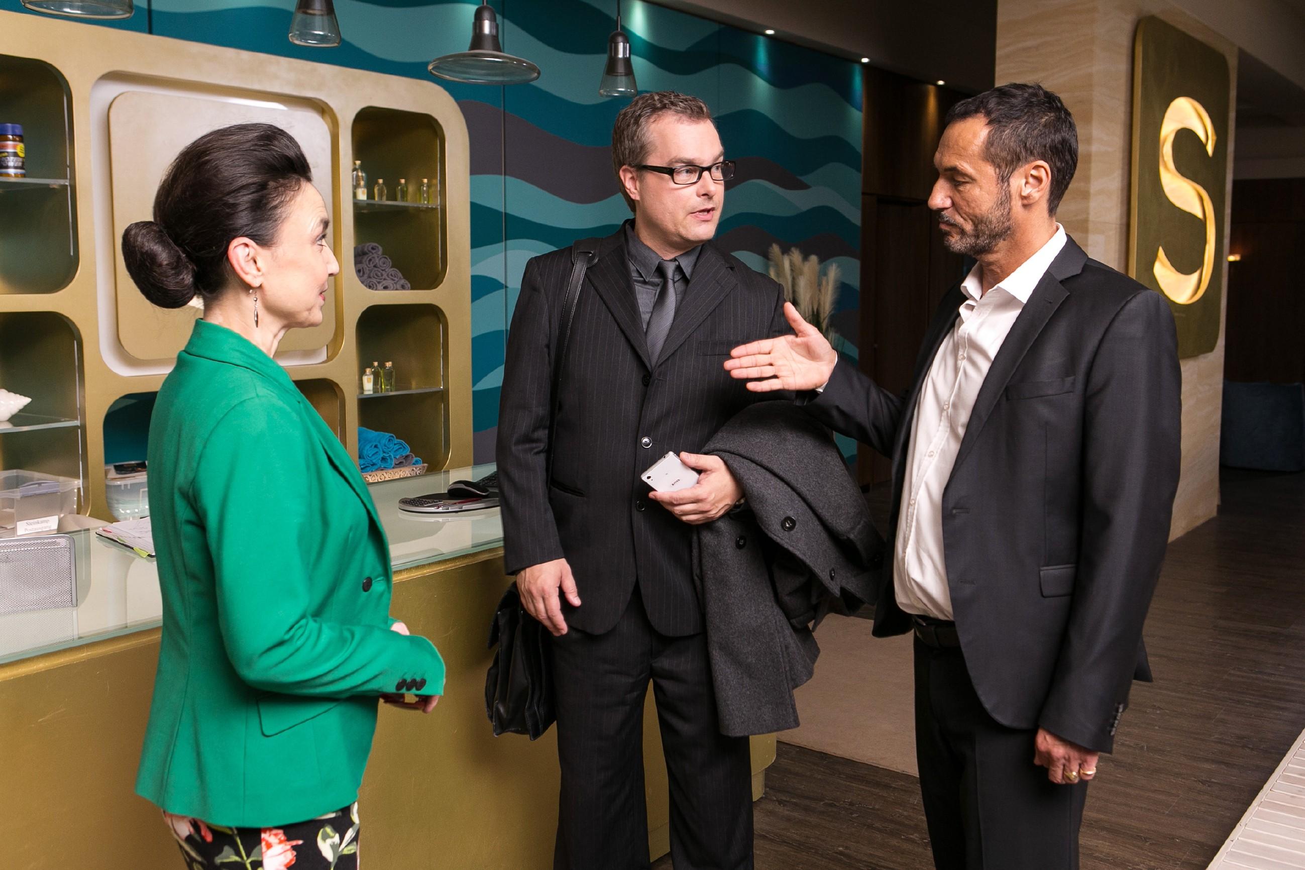 Während Richard (Silvan-Pierre Leirich, r.) Martin Erfurt (Roland Peek) begrüßt, erkennt Simone (Tatjana Clasing) angespannt, das Michelle beim BDE unte Beobachtung steht. (Quelle: RTL / Kai Schulz)