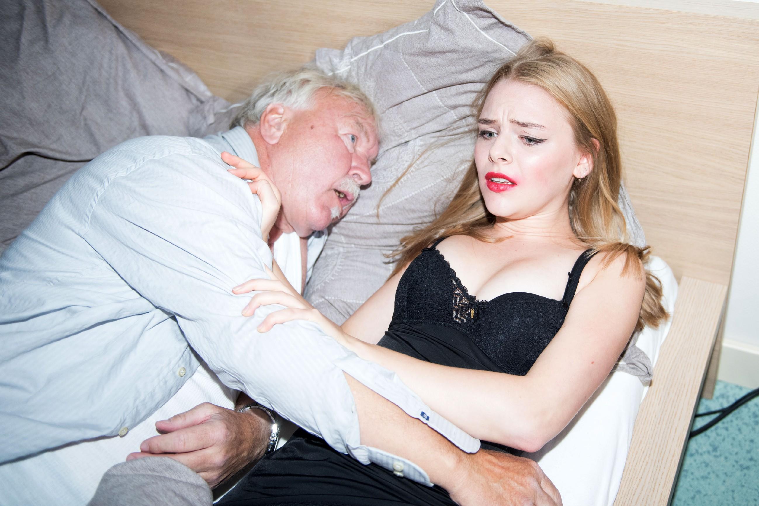 Fiona (Olivia Burkhart) muss geschockt erkennen, dass Paffrath (Ludwig Hansmann) auf ihr verstorben ist... (Quelle: RTL / Stefan Behrens)