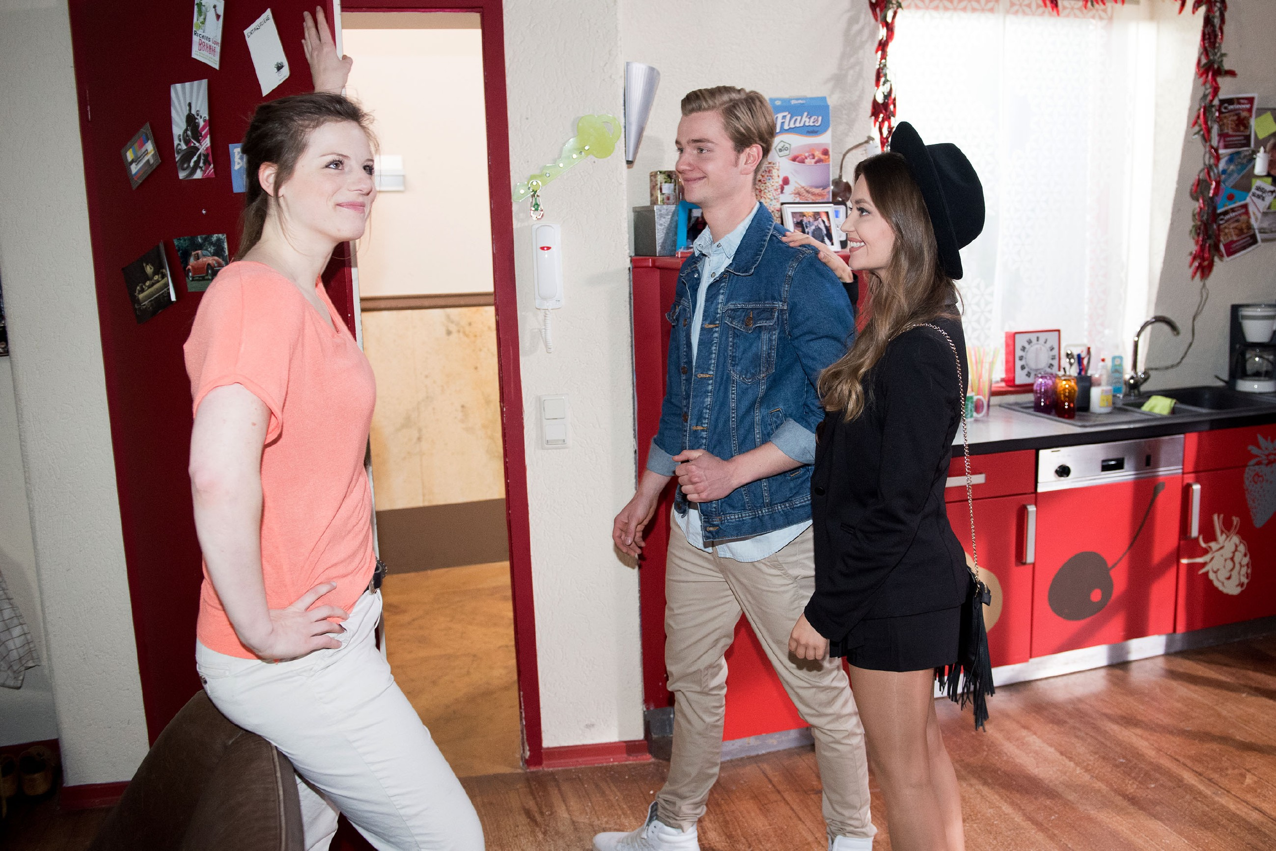 Elli (Nora Koppen, l.) schmunzelt, als der verliebte Valentin (Aaron Koszuta) mit Jule (Amrei Haardt) zu ihrem geplanten Date aufbricht. (Quelle: RTL / Stefan Behrens)