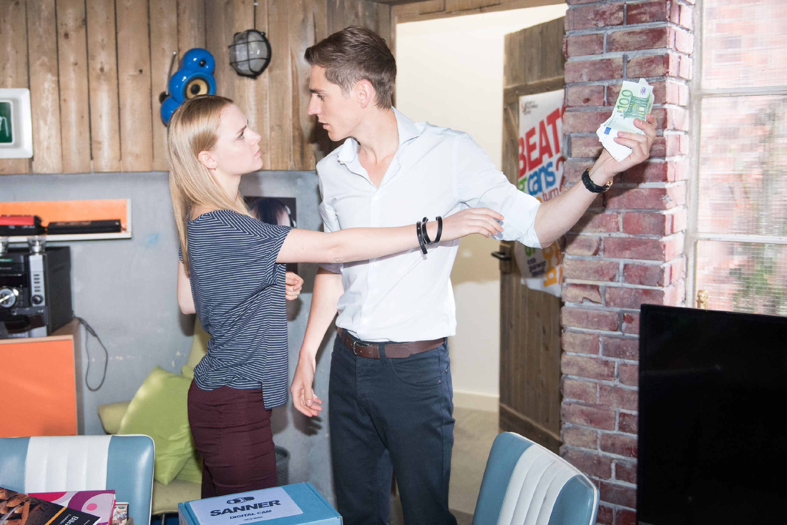 Fiona (Olivia Burkhart) ist entsetzt, als Ringo (Timothy Boldt) ihren Alleingang mit Benedikt aufdeckt. (Quelle: RTL / Stefan Behrens)