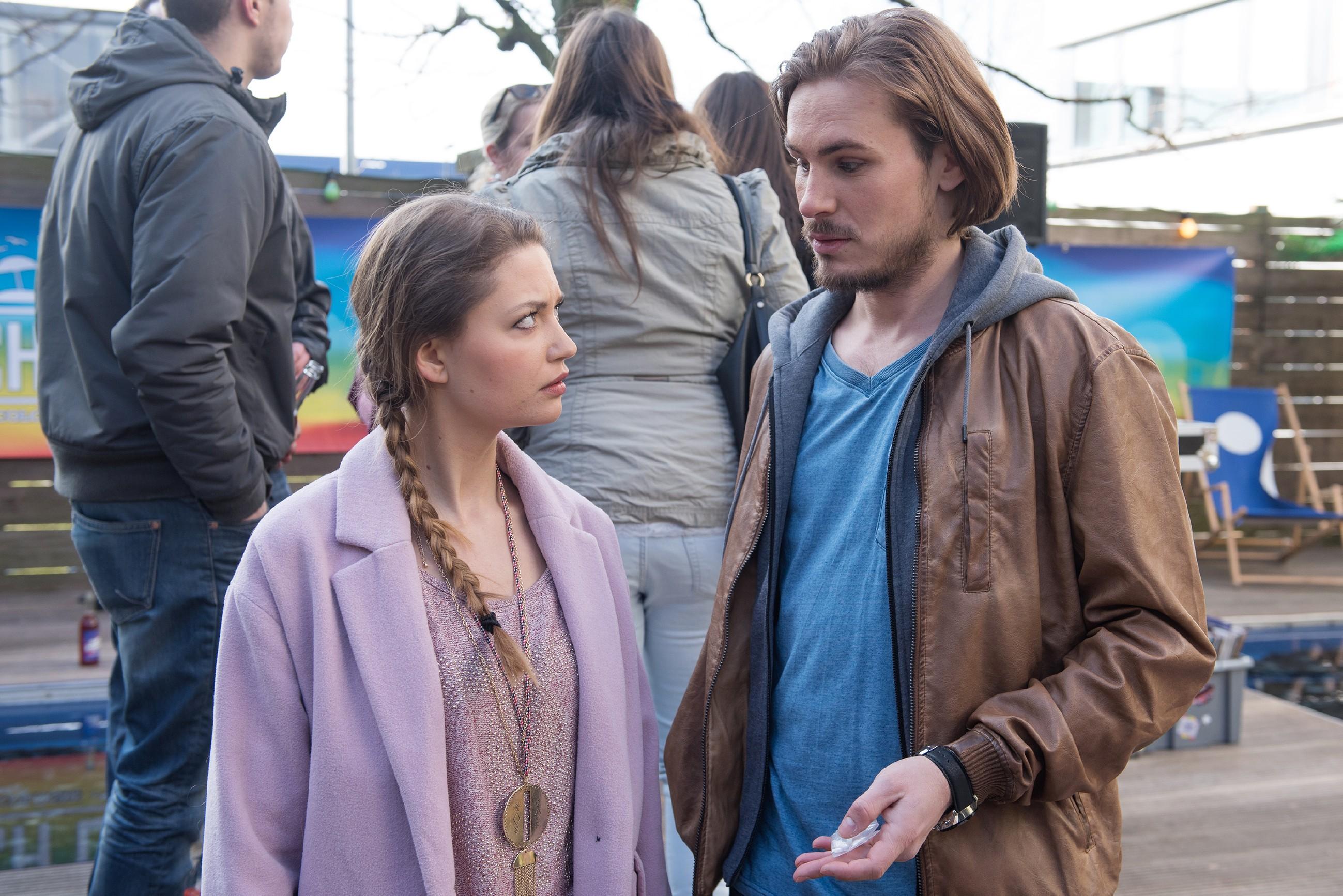 Als der Dealer Paul Schrader (Alexander Milz) Jule (Amrei Haardt) eine neuartige Pille als Liebes-Wundermittel anpreist, gerät Jule in Versuchung...