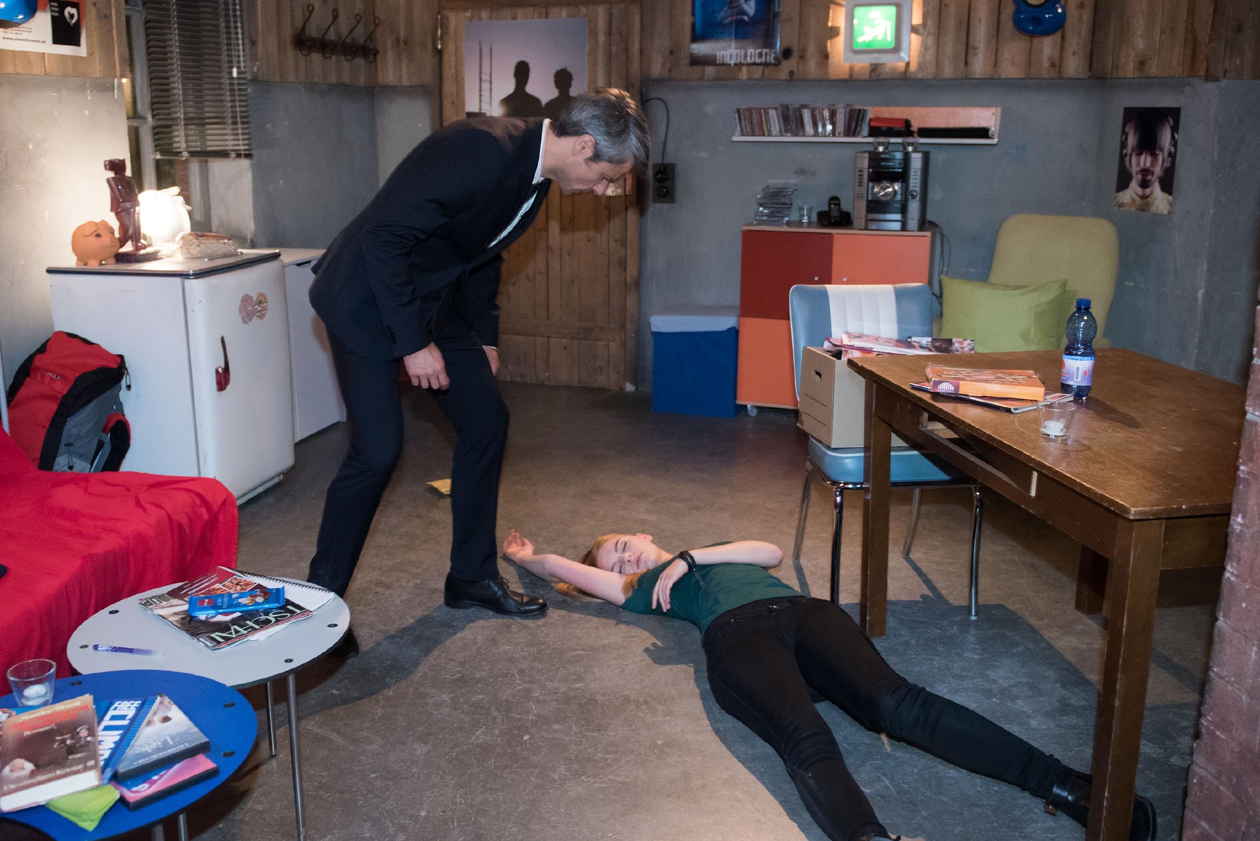 Als Fiona (Olivia Burkhart) im Streit hysterisch wird, schlägt Benedikt (Jens Hajek) sie unabsichtlich nieder... (Quelle: RTL / Stefan Behrens)