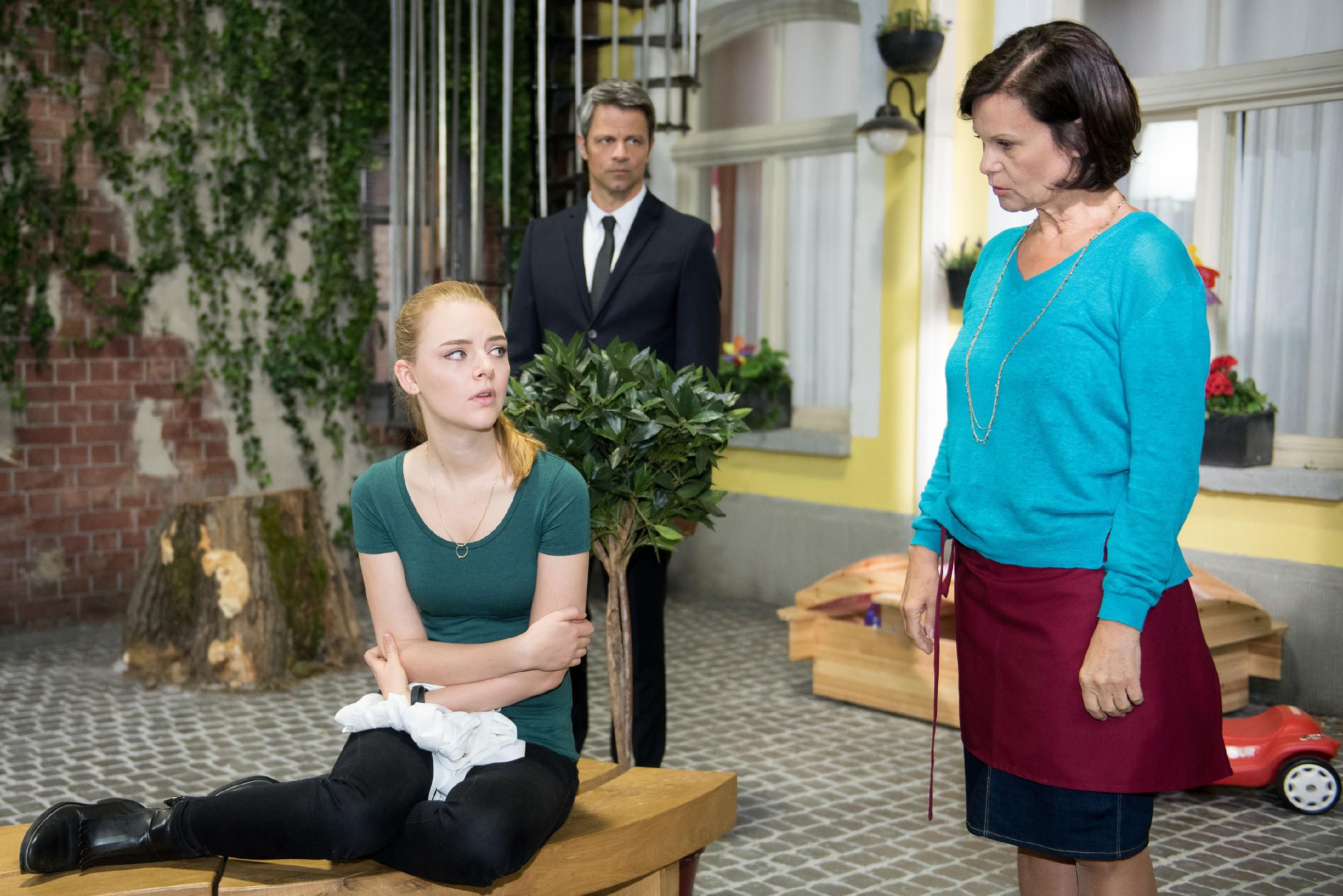 Benedikt (Jens Hajek) befürchtet alarmiert, dass Fiona (Olivia Burkhart, l.) bei Irene (Petra Blossey) die Umstände von Paffraths Tod ausplaudern könnte und sieht alarmiert Handlungsbedarf. (Quelle: RTL / Stefan Behrens)