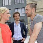 In Chris (Eric Stehfest, r.) keimt die Eifersucht auf, als er Sunny (Valentina Pahde) mit seinem verhassten Bruder Felix (Thaddäus Meilinger) sieht. (Quelle: RTL / Rolf Baumgartner)