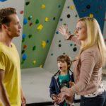 Lena (Juliette Greco) regt sich in Gegenwart von Patrick (Jan Andres, l.) über einen Kletterlehrer auf, der Alexander (Ralf-Maximilian Prack) ohne Sicherung sehr hoch klettern ließ - ohne zu wissen, dass Patrick derjenige war, der mit Alexander klettern war... (Quelle: RTL / Willi Weber)
