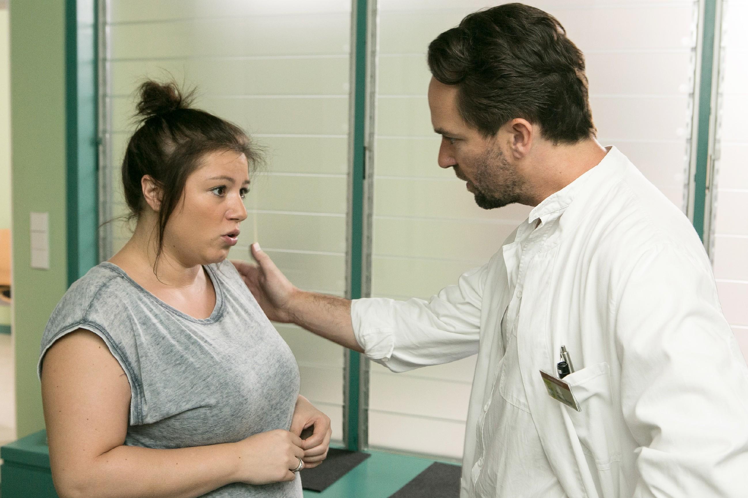 Vanessa (Julia Augustin) versucht vergeblich, ihre tief sitzende Sorge um ihr Baby in den Griff zu bekommen und spricht mit Thomas (Daniel Brockhaus).(Quelle: RTL / Kai Schulz)