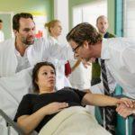 Vanessa (Julia Augustin) hatte in der Nacht Blutungen, weshalb Christoph (Lars Korten, r.) sie ins Krankenhaus gefahren hat. Thomas (Daniel Brockhaus) bringt die beiden in ein Behandlungszimmer zu Vanessas Ärztin Dr. Fink. (Quelle: RTL / Willi Weber)