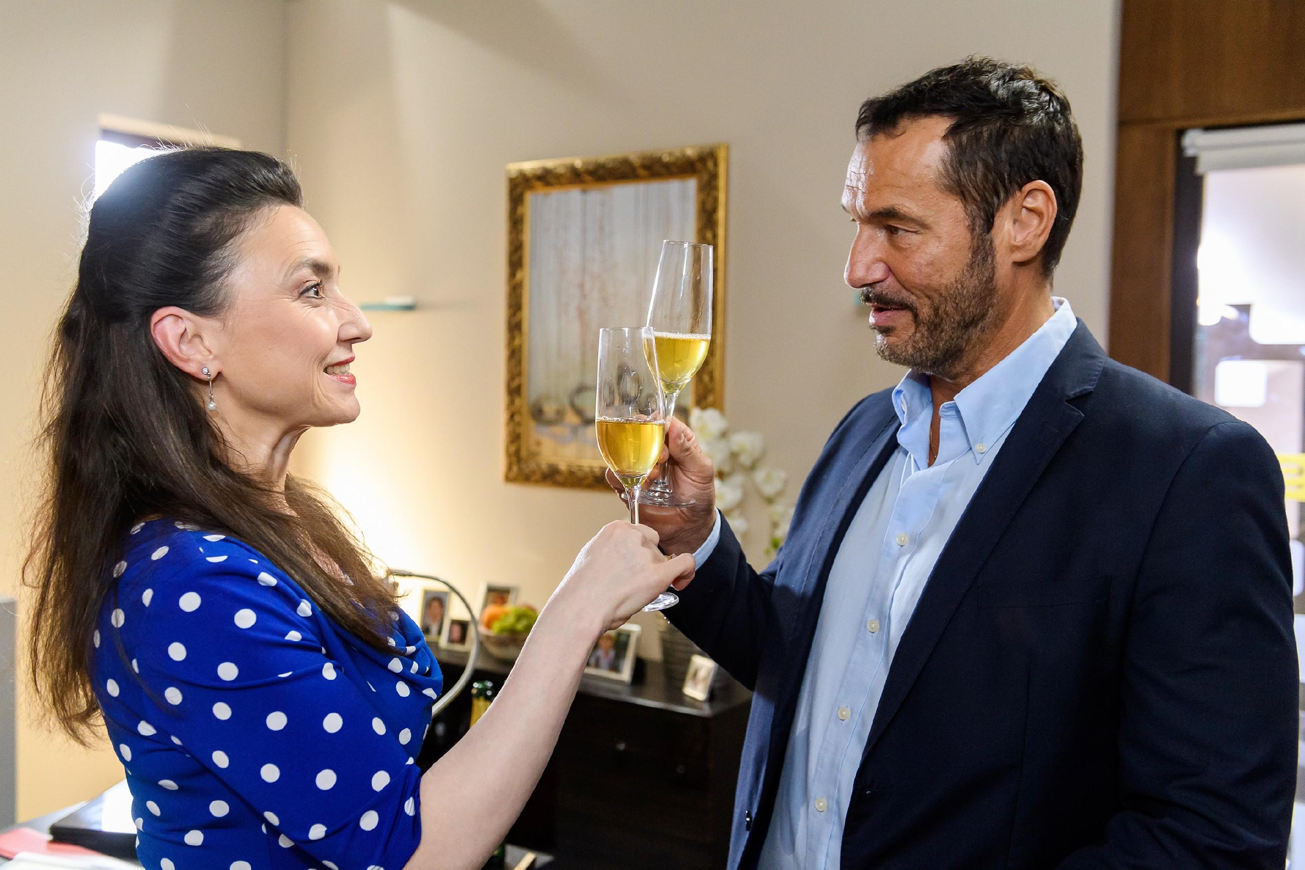 Simone (Tatjana Clasing) und Richard (Silvan-Pierre Leirich) feiern ihren Triumph, Diana mit ins EM-Boot geholt zu haben. (Quelle: RTL / Willi Weber)