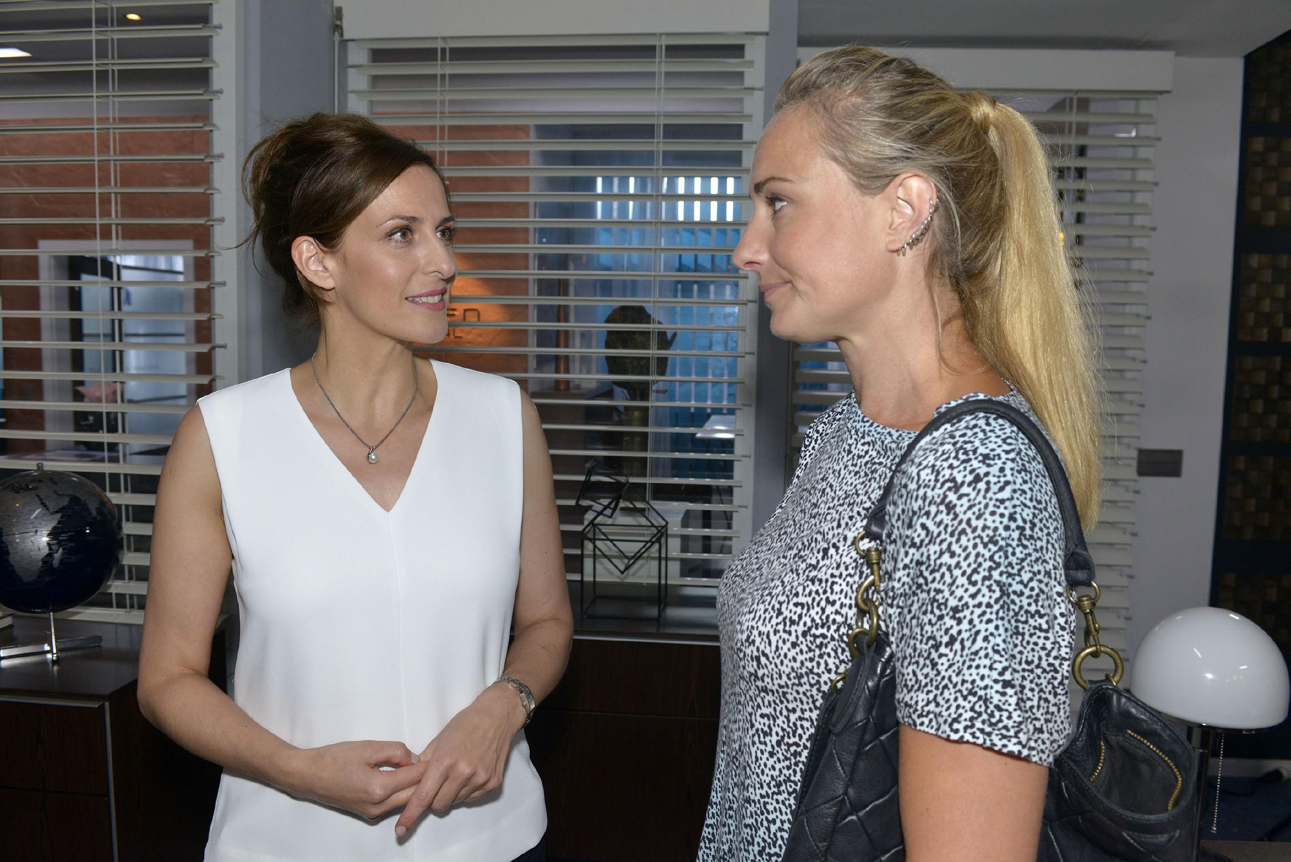 Maren (Eva Mona Rodekirchen, r.) hat den Eindruck, dass sich Katrin (Ulrike Frank) mehr um Gerner kümmern sollte. (Quelle: RTL / Rolf Baumgartner)