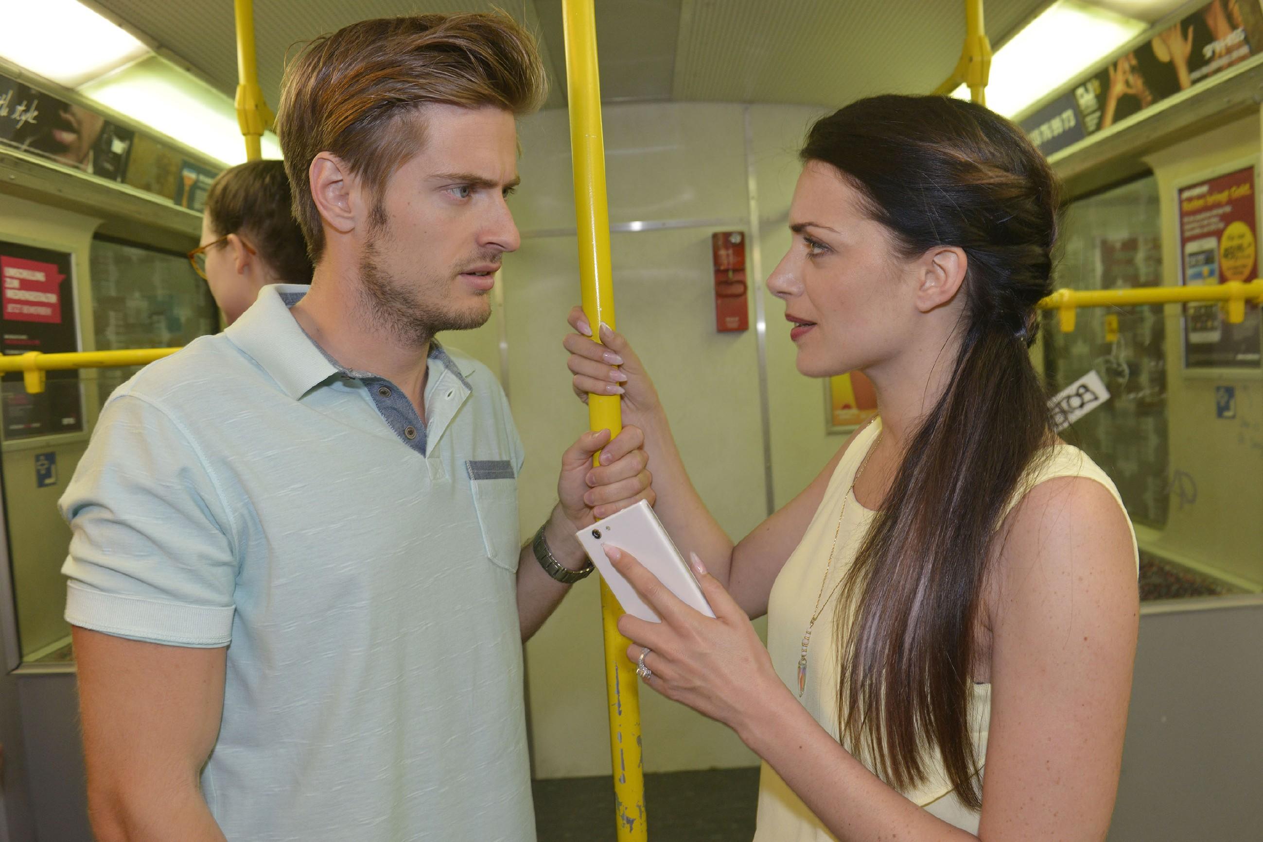 Emily (Anne Menden) erklärt Philip (Jörn Schlönvoigt), dass sie Kate von Roberto fernhalten möchte. (Quelle: RTL / Rolf Baumgartner)