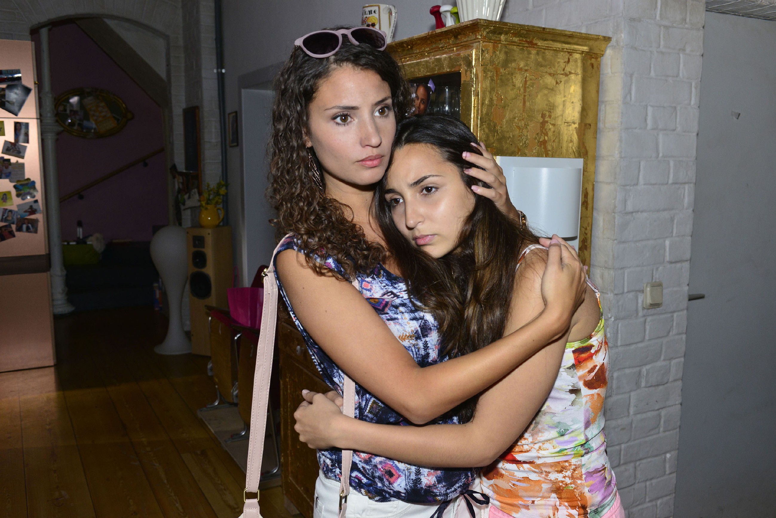 Ayla (Nadine Menz, l.) tröstet die wegen Jonas' Fehltritt tief verletzte Selma (Rona Özkan) und gibt ihr zu verstehen, dass sie bei Betrug kein Verzeihen kennt. (Quelle: RTL / Rolf Baumgartner)