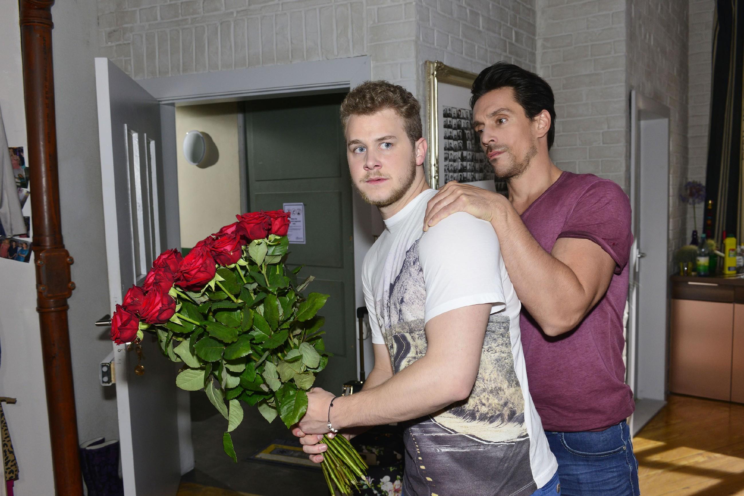 Als Jonas (Felix van Deventer, l.) sich bei Selma entschuldigen will, scheitert er an David (Philipp Christopher). (Quelle: RTL / Rolf Baumgartner)