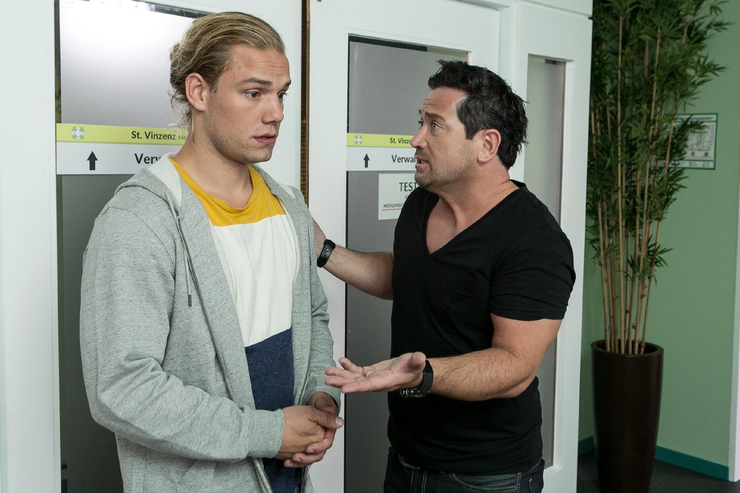 """Leo (Julian Bayer, l.) bedankt sich aufrichtig bei Marian (Sam Eisenstein), dass er ihm einen """"Tritt"""" verpasst und damit zum Nachdenken gebracht hat."""