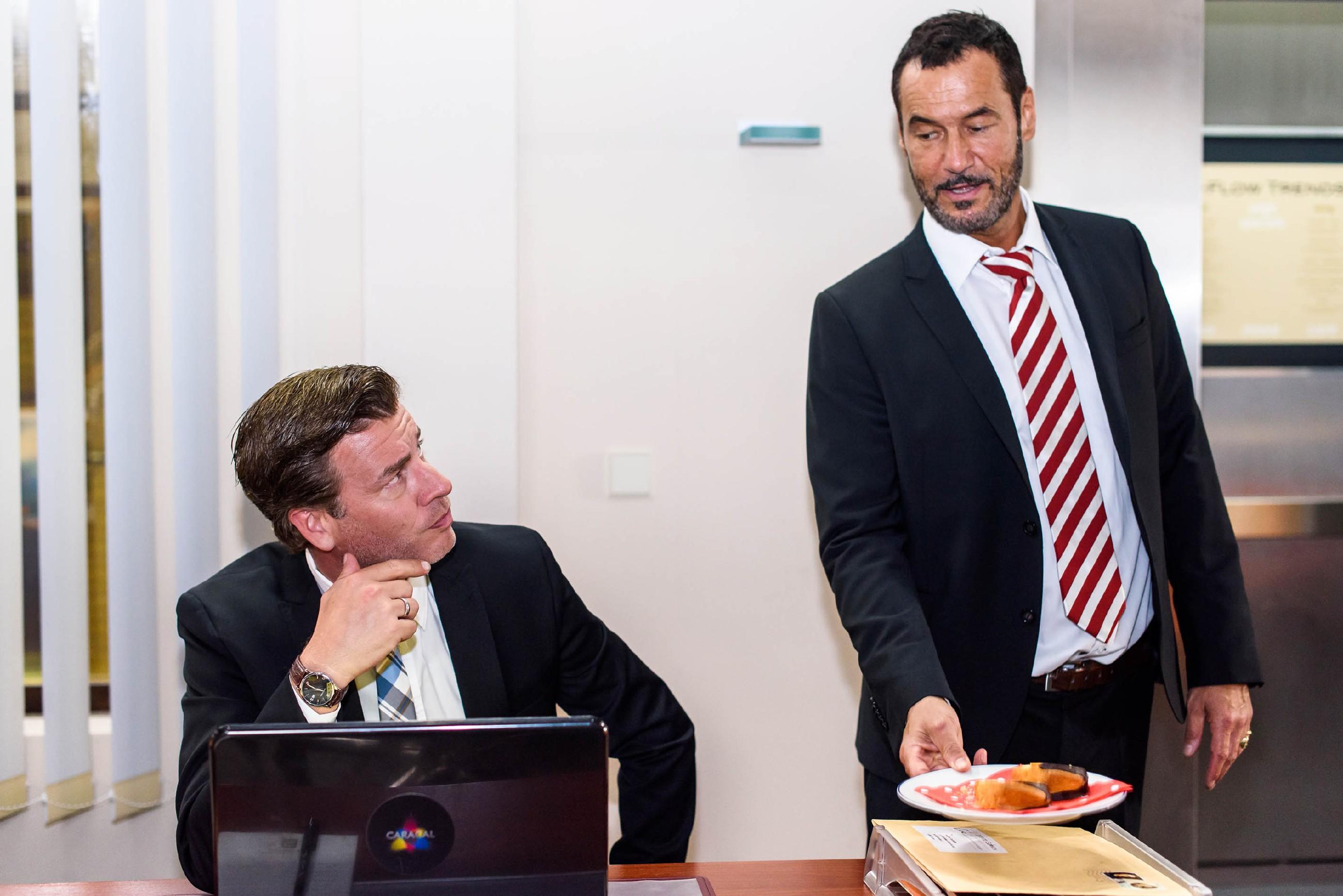 Richard (Silvan-Pierre Leirich, r.) erkennt, dass Christoph (Lars Korten) durch Arbeit versucht, die Angst um sein Kind zu verdräŠngen.