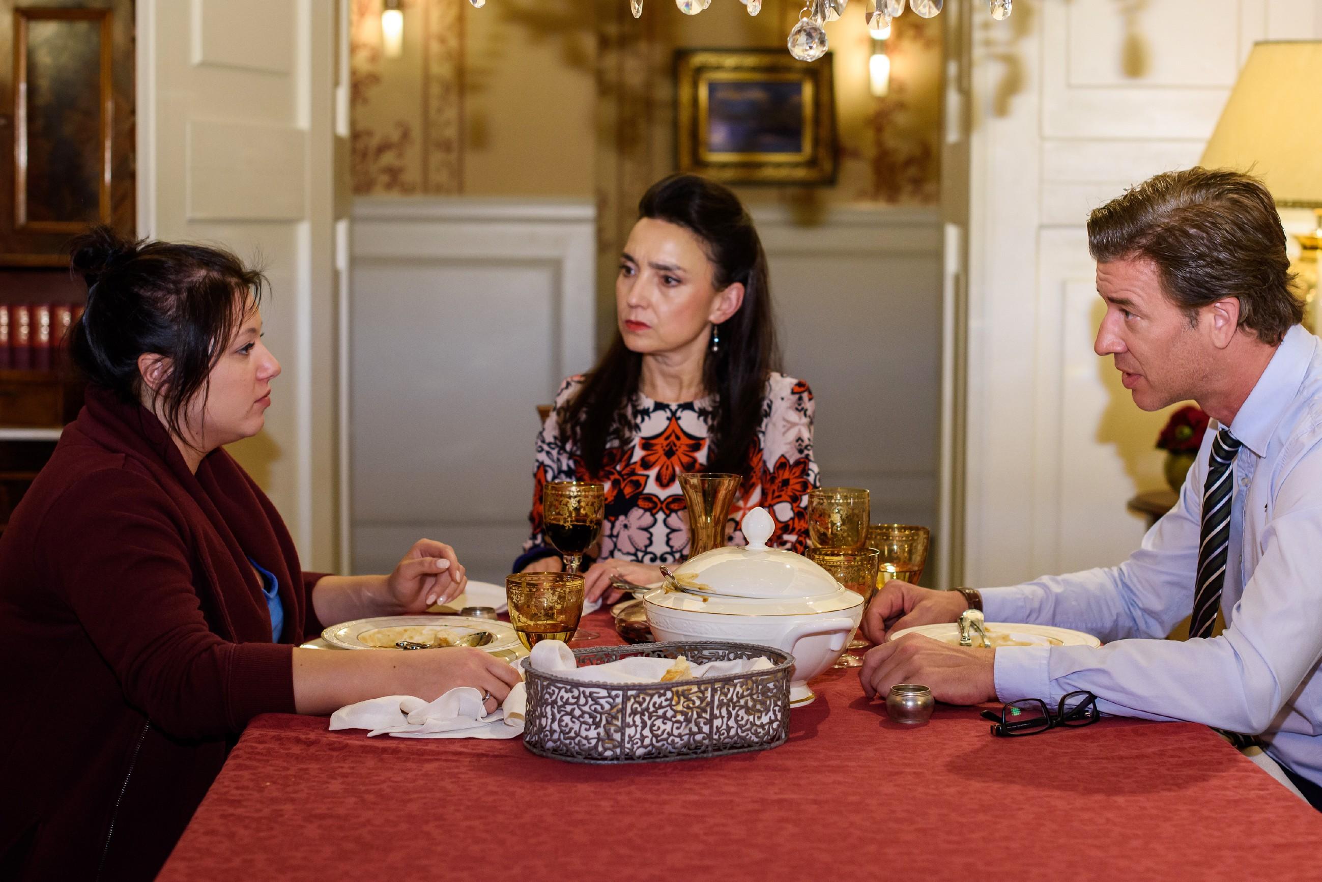 Simone (Tatjana Clasing, M.) kann vor Vanessa (Julia Augustin, l.) und Christoph (Lars Korten) nicht verbergen, wie enttäuscht sie von Richard ist. (Quelle: RTL / Julia Feldhagen)