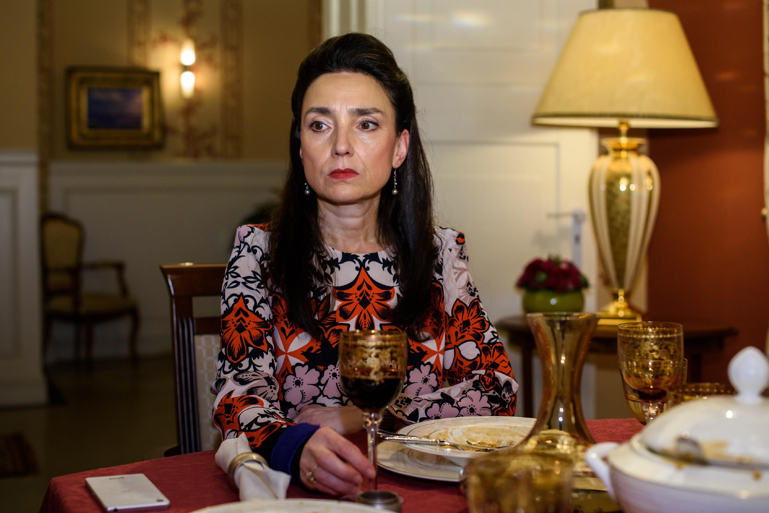 Simone (Tatjana Clasing) kann es nicht fassen: Richard hat sich tatsächlich hinter ihrem Rücken entschieden, Carmen eine große Summe Geld zu leihen. (Quelle: RTL / Julia Feldhagen)
