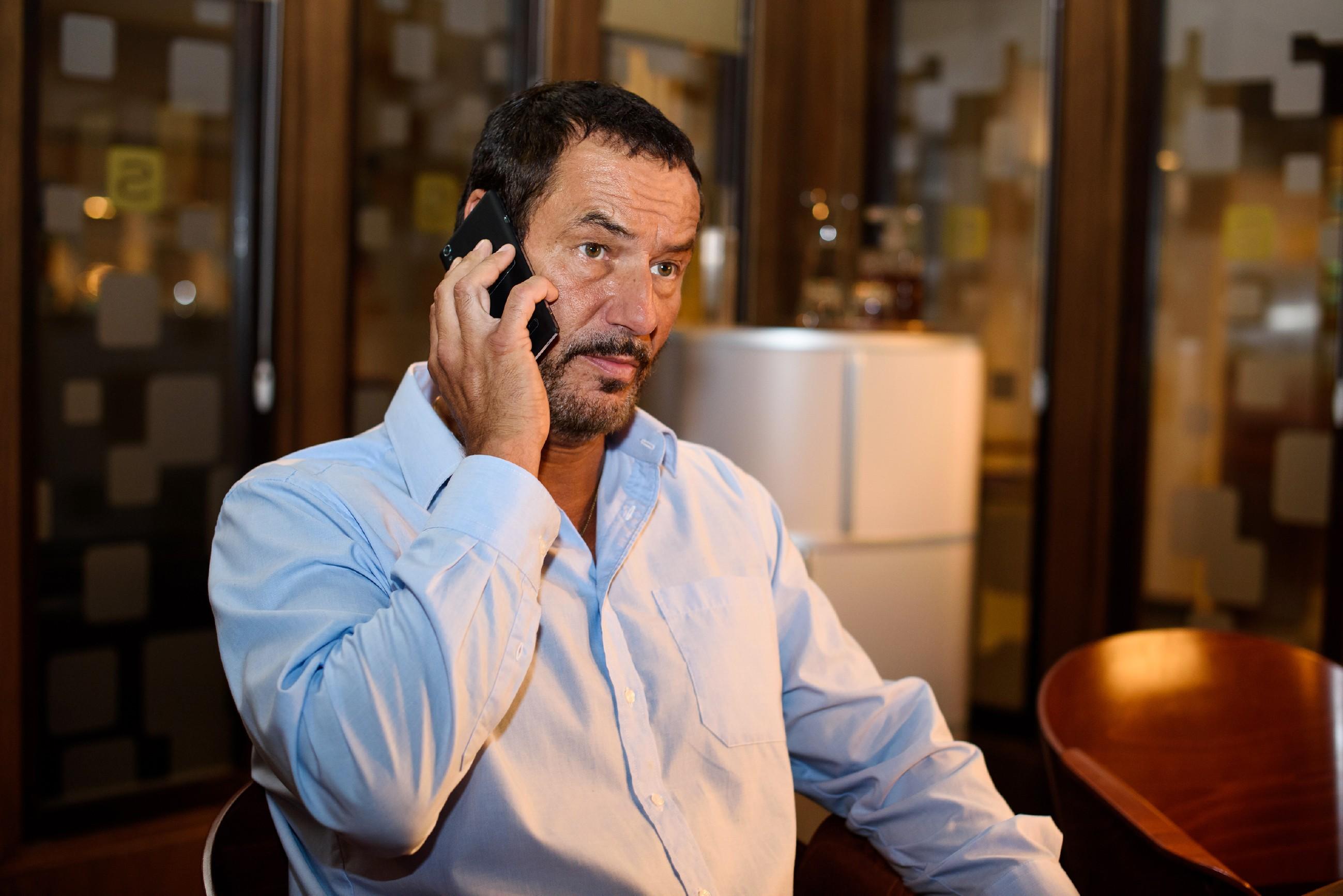 Richard (Silvan-Pierre Leirich) hadert mit der Tatsache, Simone hintergangen zu haben... (Quelle: RTL / Julia Feldhagen)