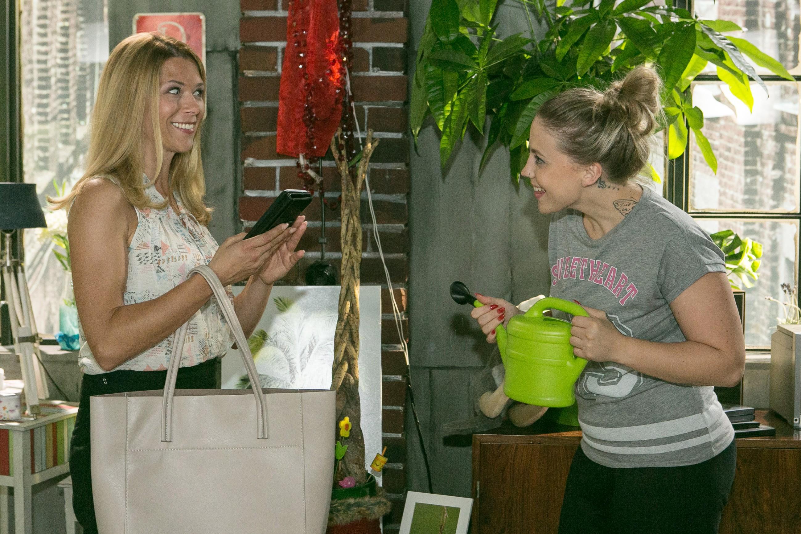 Diana (Tanja Szewczenko, l.) kann nicht vor Iva (Christina Klein) verbergen, wie sehr sie sich auf Ingos Rückkehr freut. (Quelle: RTL / Kai Schulz)