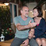 Robert (Luca Maric) berichtet Irene (Petra Blossey) sauer, dass Benedikt die Hälfte der Belegschaft entlassen hat. (Foto: RTL / Stefan Behrens)