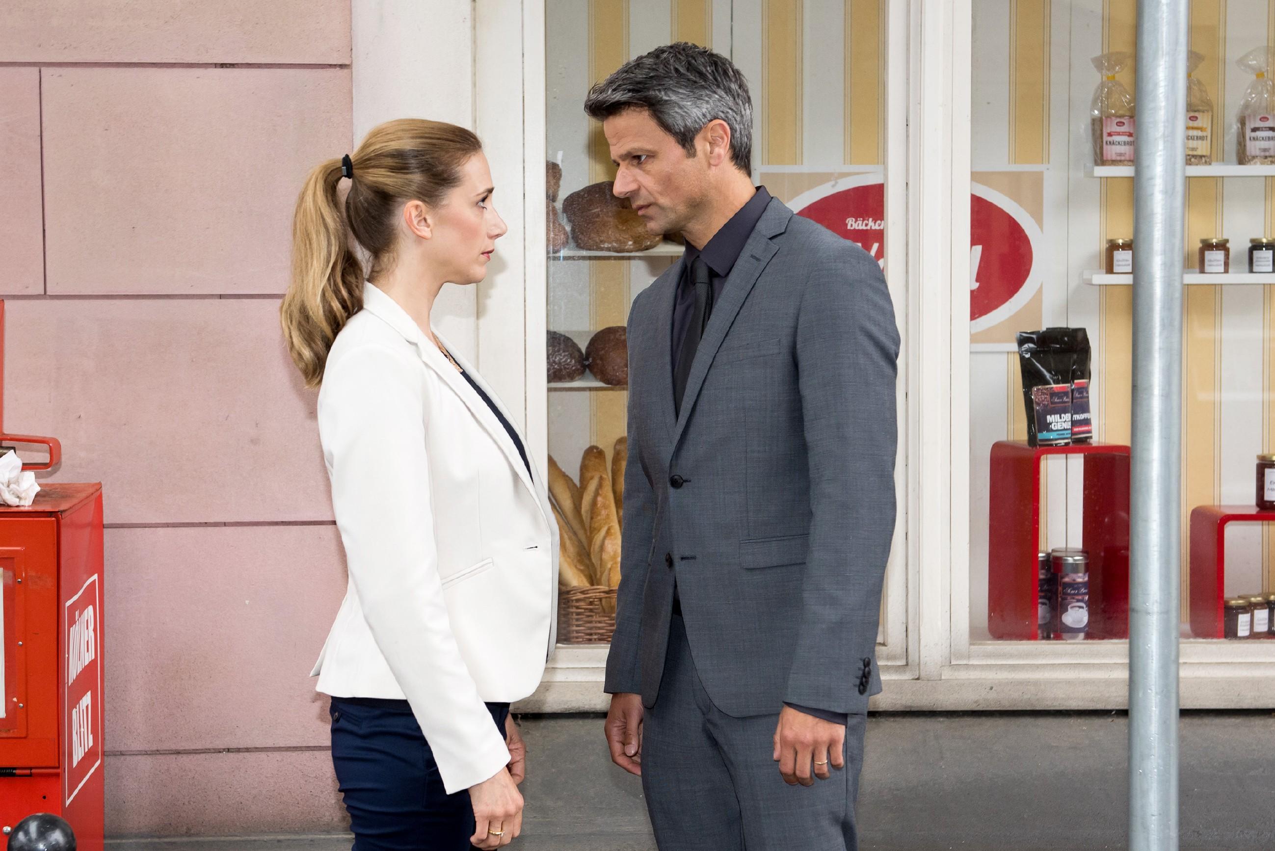 Benedikt (Jens Hajek) weist Andrea (Kristin Meyer) scharf in ihre Schranken. (Foto: RTL / Stefan Behrens)