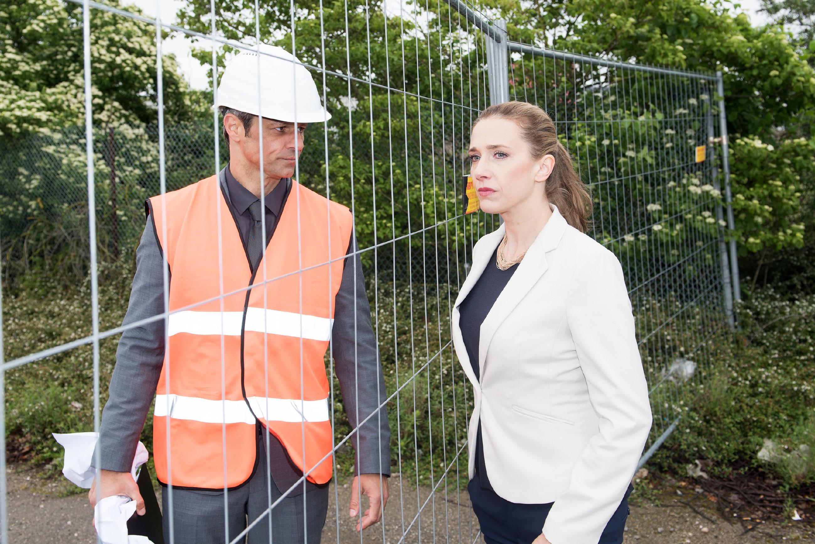 Benedikt (Jens Hajek) regt sich bei Andrea (Kristin Meyer) über die Kündigung ihres Vaters auf. (Foto: RTL / Stefan Behrens)