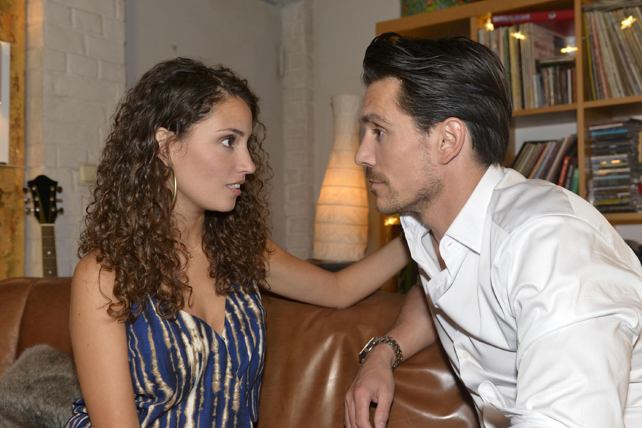 David (Philipp Christopher) ist nicht sonderlich begeistert, dass sich Ayla (Nadine Menz) mit van Cluven treffen will.