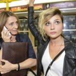 Anni (Linda Marlen Runge, r.) ist genervt, dass Rosa (Joana Schümer) plötzlich ständig ihren Weg kreuzt.