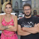Anni (Linda Marlen Runge) und Tuner (Thomas Drechsel) sind sauer auf eine rücksichtslose Autofahrerin. (Quelle: RTL / Rolf Baumgartner)