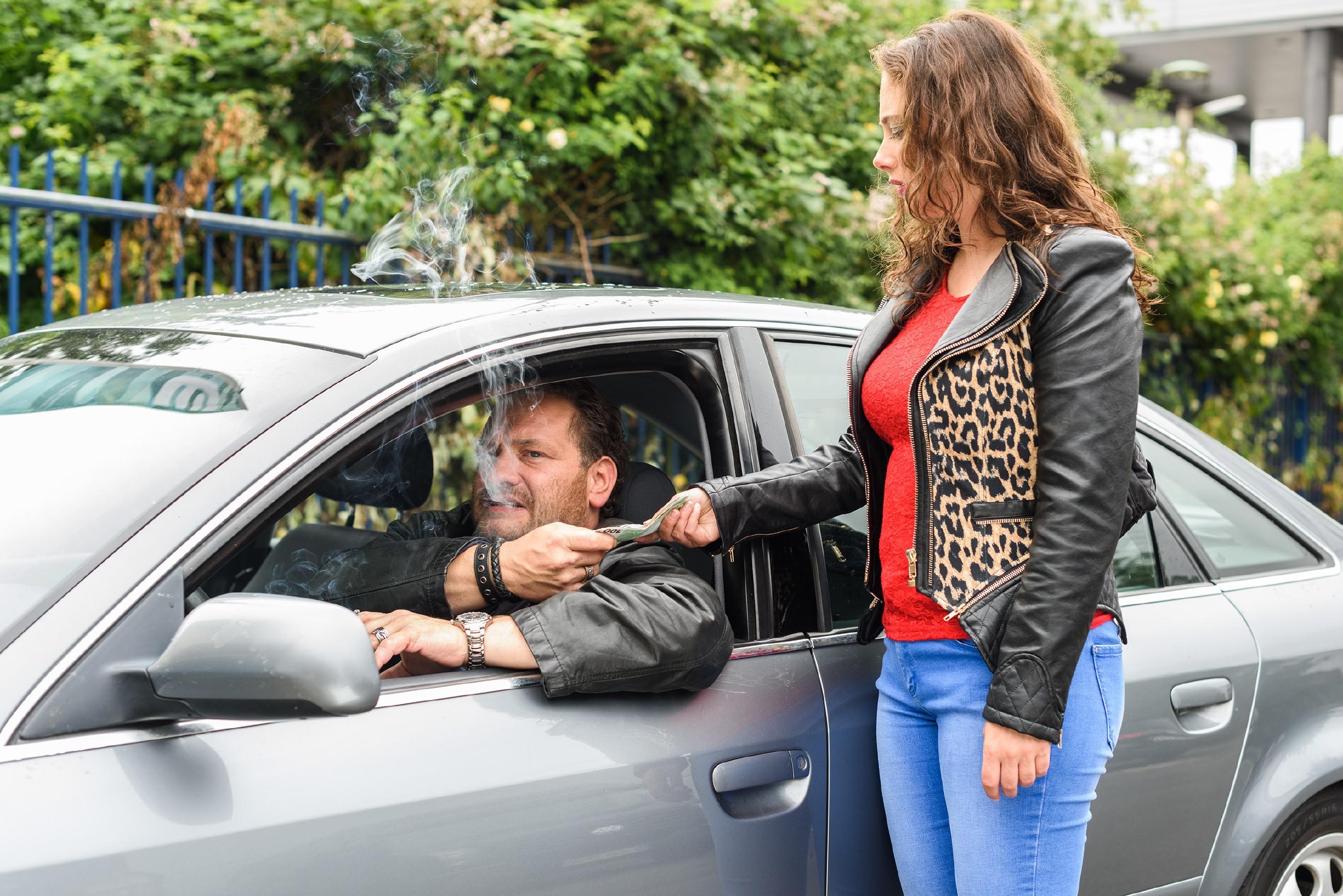 Kerber (Marcus Jakovljevic) stellt Carmen (Heike Warmuth) ein letztes Ultimatum... (Quelle: RTL / Julia Feldhagen)