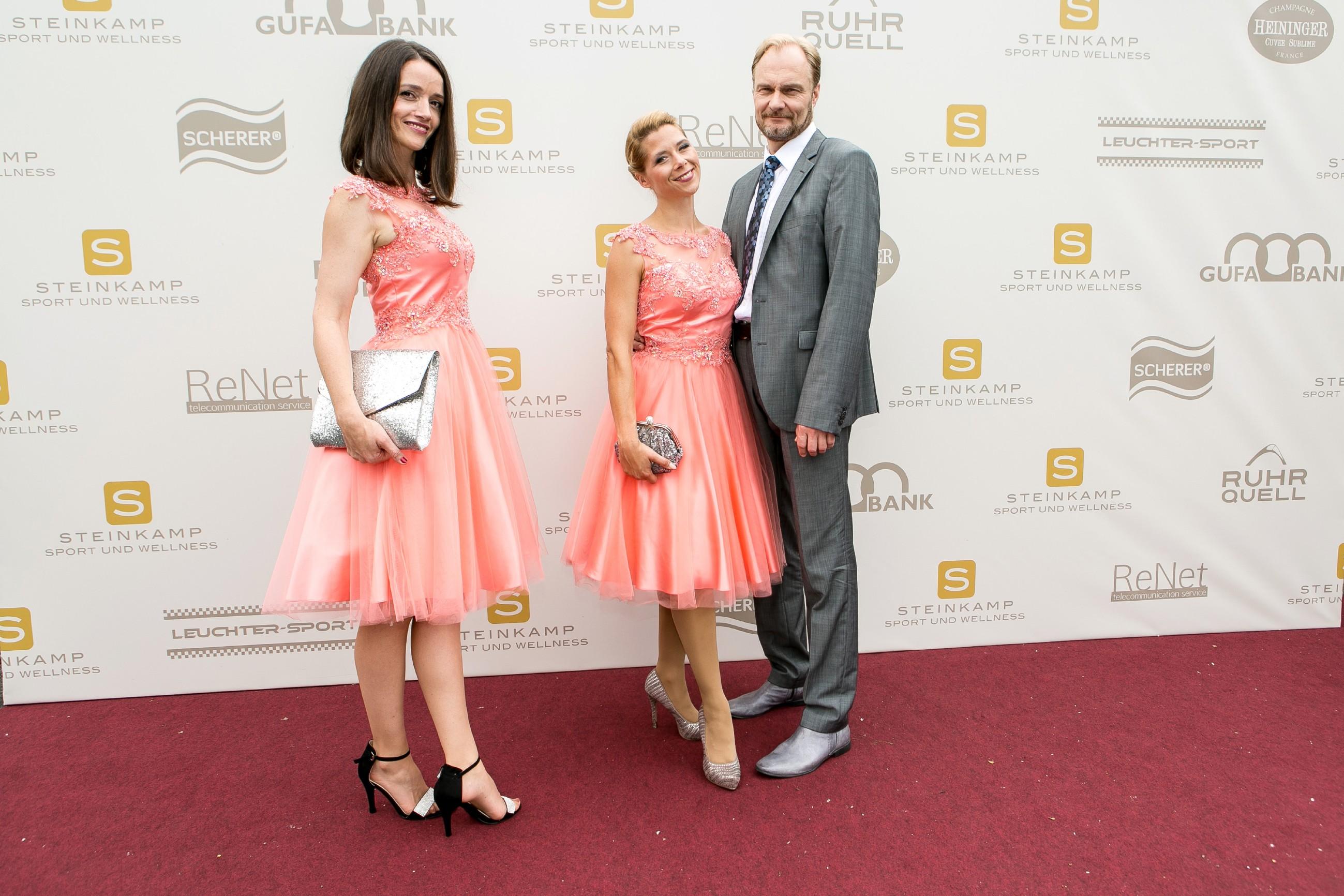 Jenny (Kaja Schmidt-Tychsen, l.) muss beim Empfang der Galagäste eifersüchtig hinnehmen, dass Diana (Tanja Szewczenko), hier an der Seite von Funktionär Magnus Lundgren (Dirk Witthuhn), die Hauptrolle spielt. (Quelle: RTL / Kai Schulz)