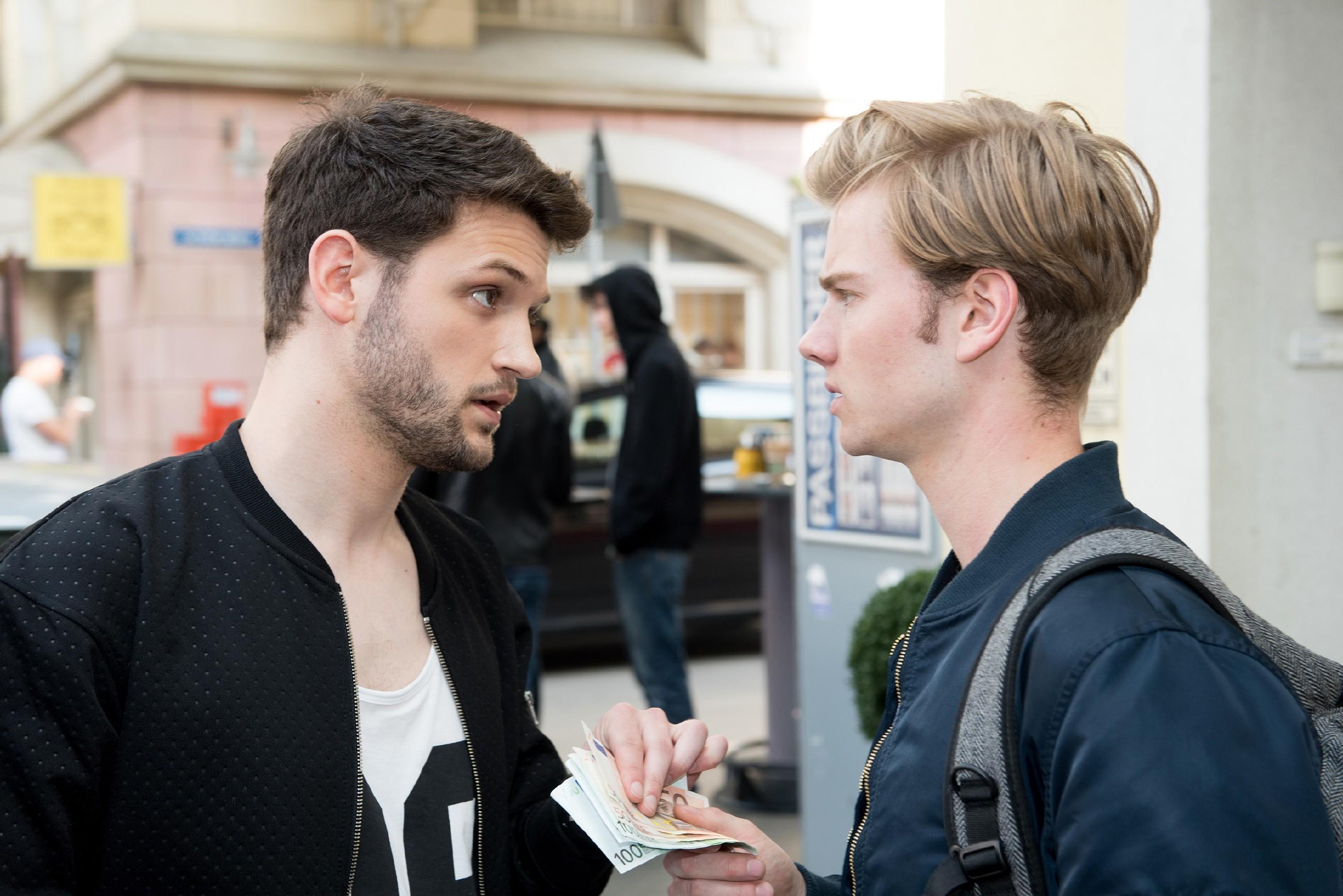 Valentin (Aaron Koszuta, r.) wird von Mario (Arne Rudolf) unter Androhung von Gewalt gezwungen, ihm sein Geld auszuhändigen. (Quelle: RTL / Stefan Behrens)