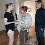 Roswitha (Andrea Brix, M.) überrumpelt Andrea (Kristin Meyer) und Benedikt (Jens Hajek) mit ihrem Besuch. (Quelle: RTL / Stefan Behrens)