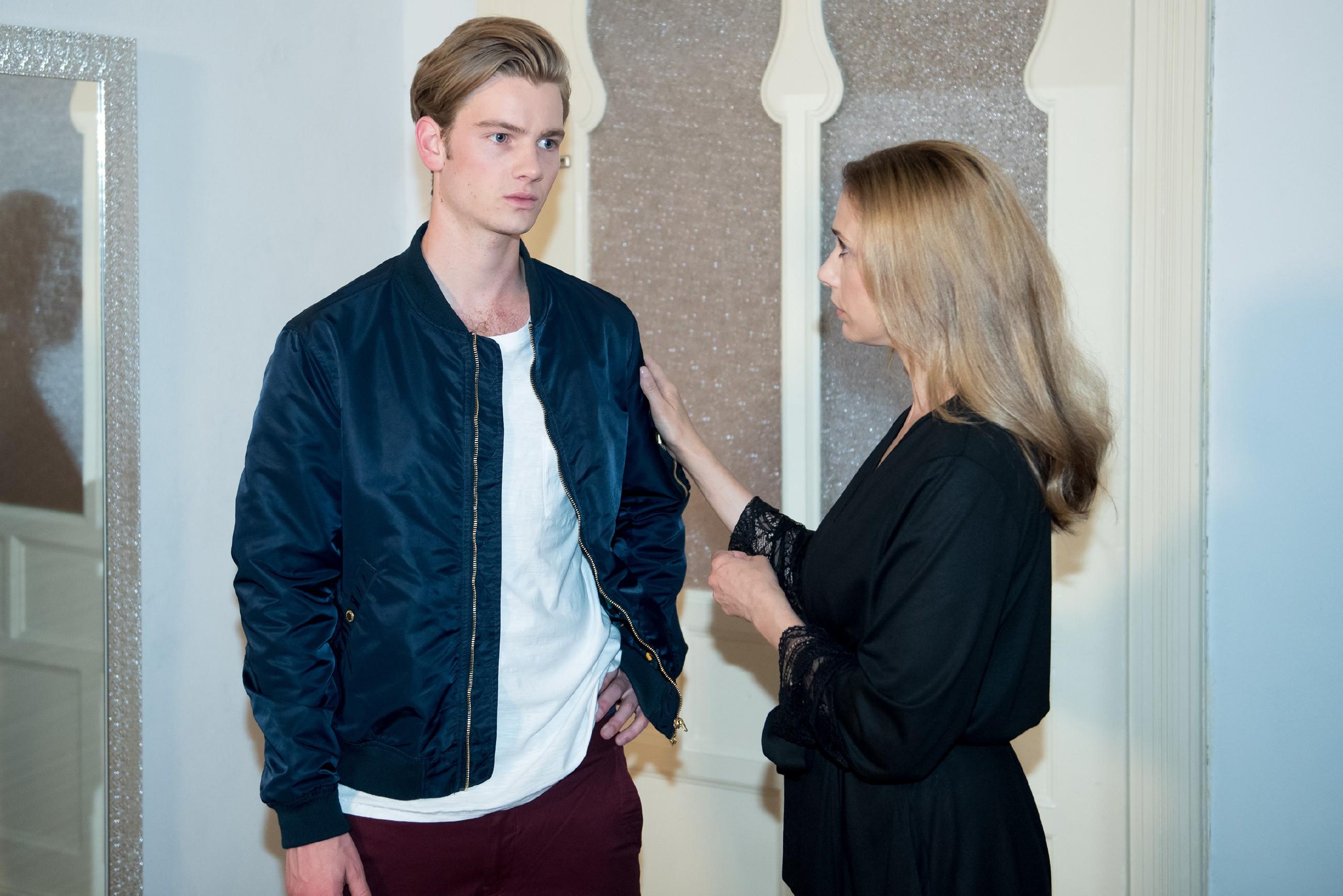 Valentin (Aaron Koszuta) verschweigt Andrea (Kristin Meyer) seine Probleme mit Mario. (Quelle: RTL / Stefan Behrens)