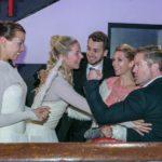 Während Michelle (Franziska Benz, l.) und Marie (Cheyenne Pahde, 2.v.l.), Tobi (Michael Jassin, M.) und Ingo (André Dietz) nur an die Kür denken, versucht sich Diana (Tanja Szewczenko) nicht anmerken lassen, wie sehr sie unter dem Ende ihrer Affäre mit Ingo leidet. (Quelle: RTL / Kai Schulz)