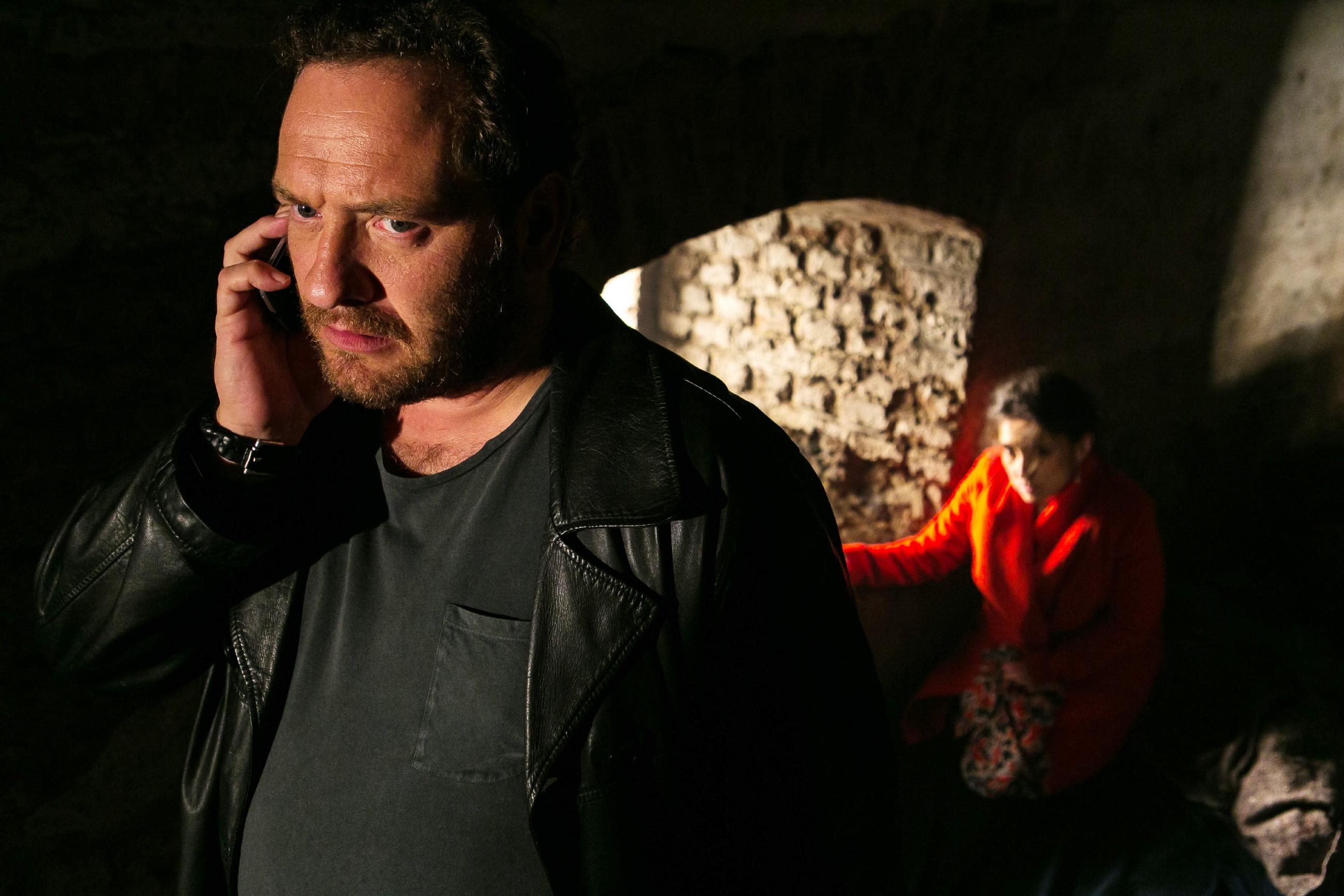 Kerber (Marcus Jakovljevic) telefoniert mit Richard und macht ihm entschieden klar, dass er nur eine Chance hat, um die entführte Simone (Tatjana Clasing) lebend wiederzusehen... (Quelle: RTL / Kai Schulz)