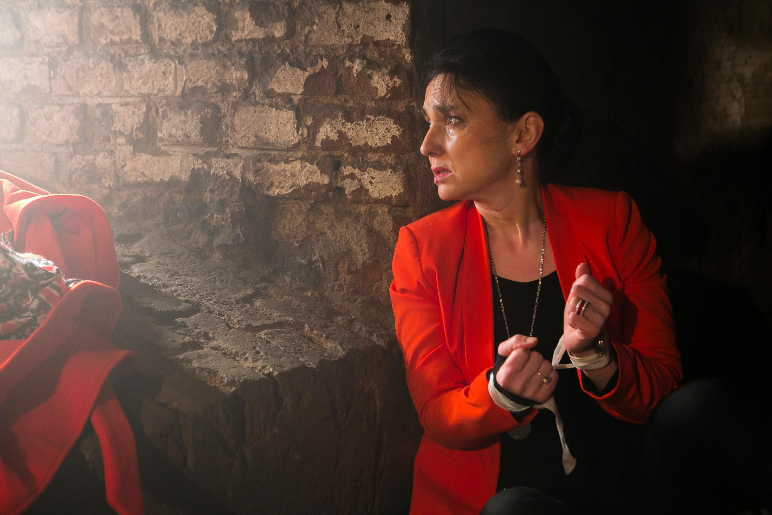 Als Kerber sich auf den Weg zum Übergabeort macht, will Simone (Tatjana Clasing) die Gelegenheit nutzen, um sich zu befreien. (Quelle: RTL / Kai Schulz)