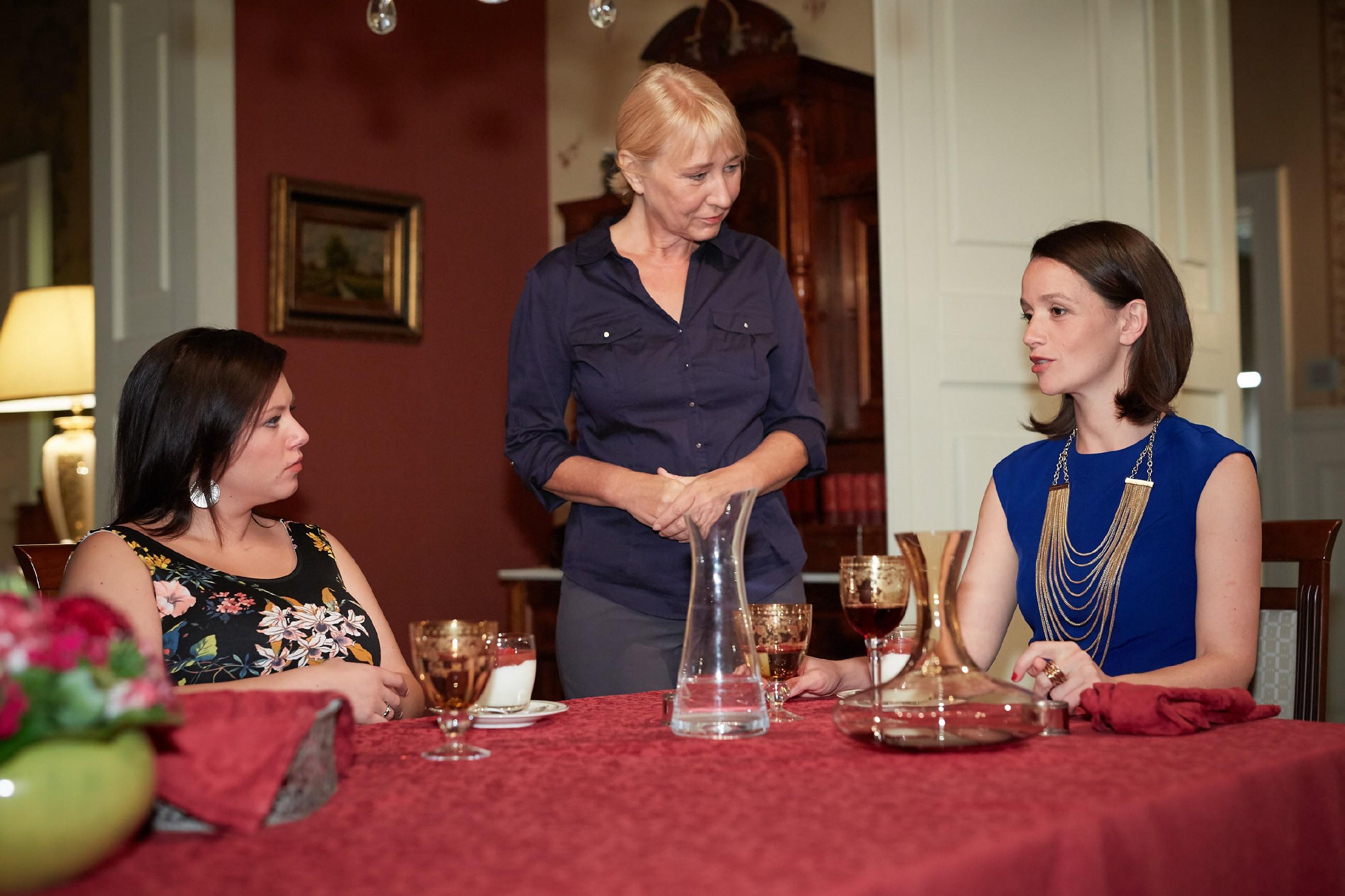 Vanessa (Julia Augustin, l.) und Jenny (Kaja Schmidt-Tychsen, r.) unterhalten sich mit Frau Scholz (Inge Brings) und haben weiterhin nicht die geringste Ahnung, dass ihre Mutter entführt ist. (Quelle: RTL / Guido Engels)