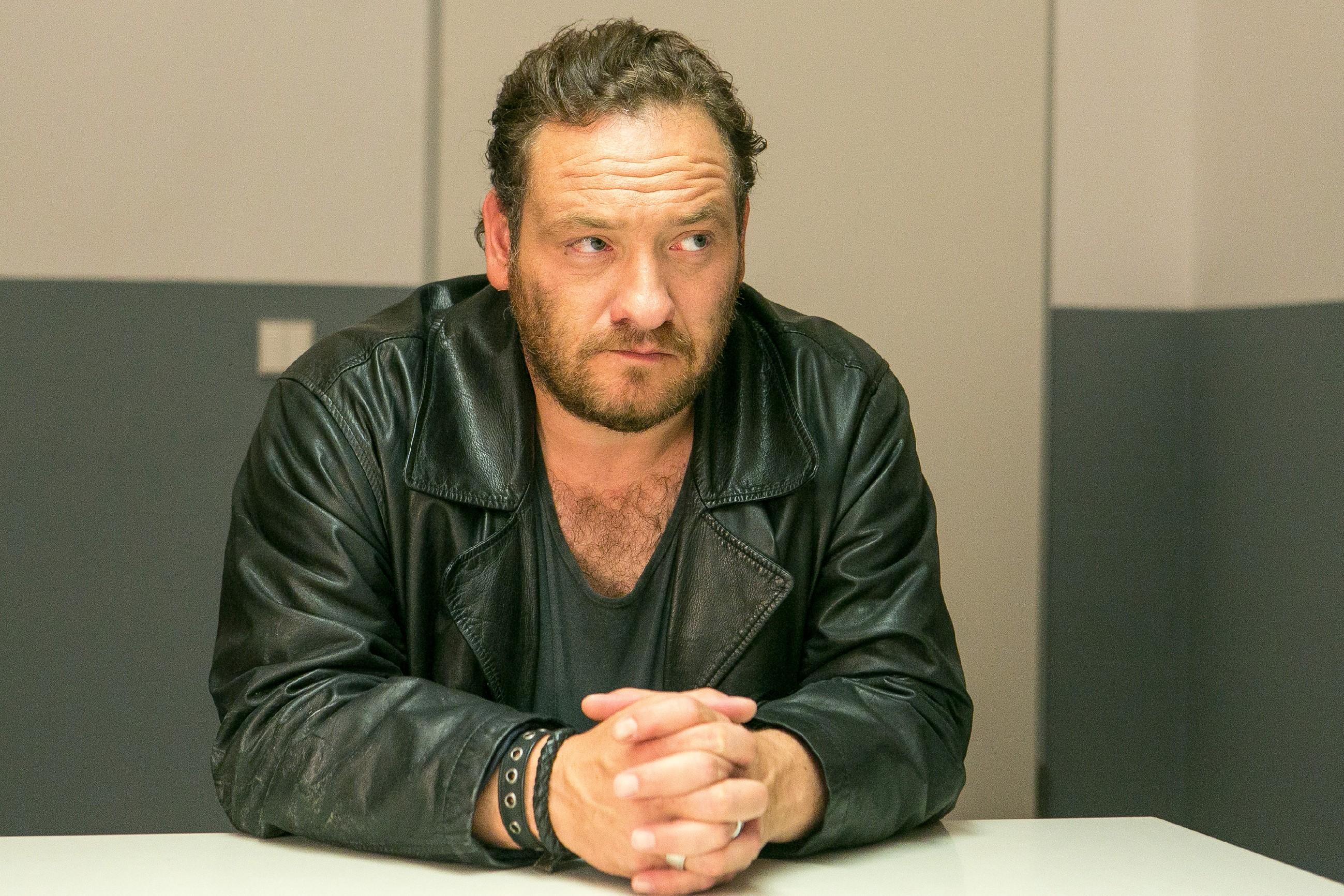 Als Kerber (Marcus Jakovljevic) bei dem Verhör abstreitet, irgendetwas mit einer Entführung zu tun zu haben, schwinden die Hoffnungen, Simone zu finden. (Quelle: RTL / Kai Schulz)