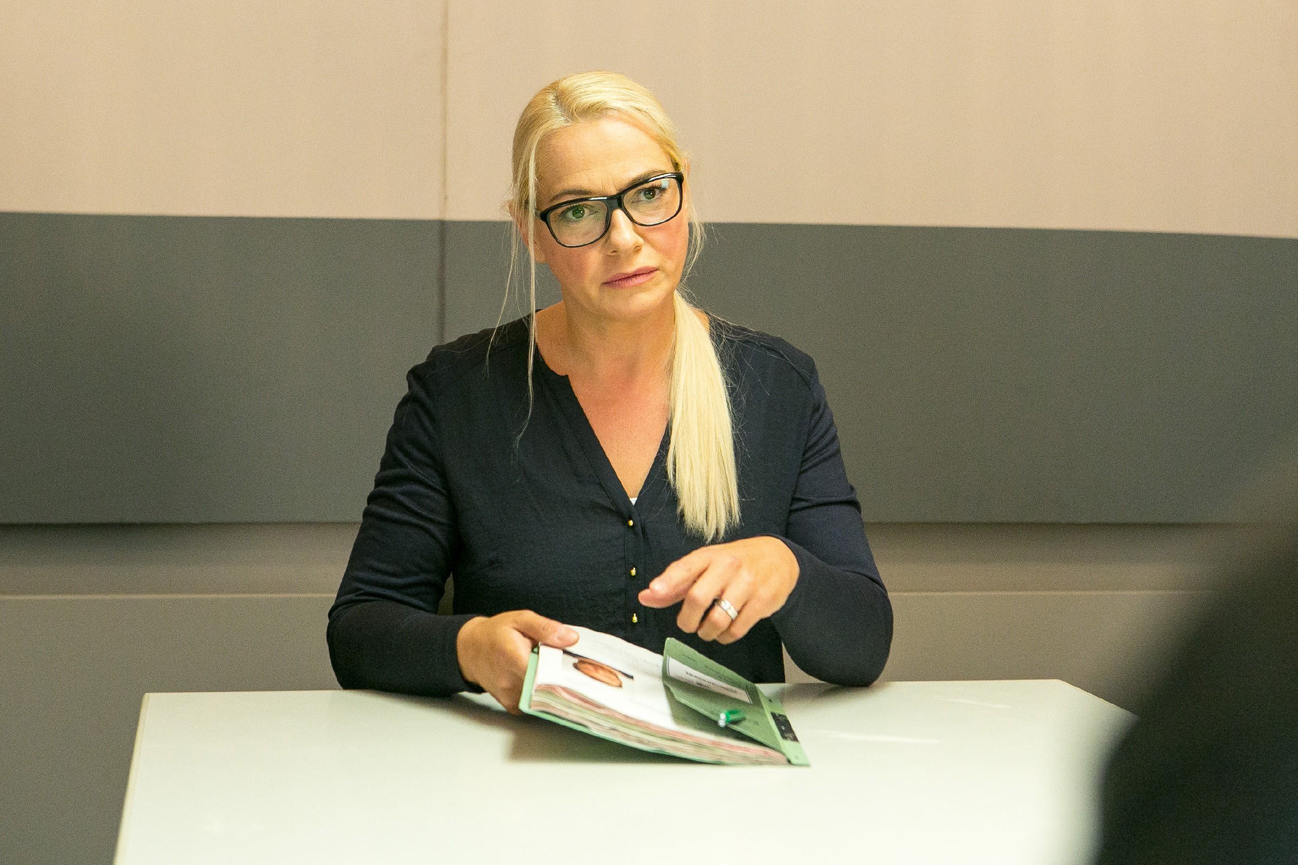 Kommissarin Maria Koch (Mareike Eisenstein) vernimmt Kerber, doch der streitet ab, irgendetwas mit einer Entführung zu tun zu haben. (Quelle: RTL / Kai Schulz)