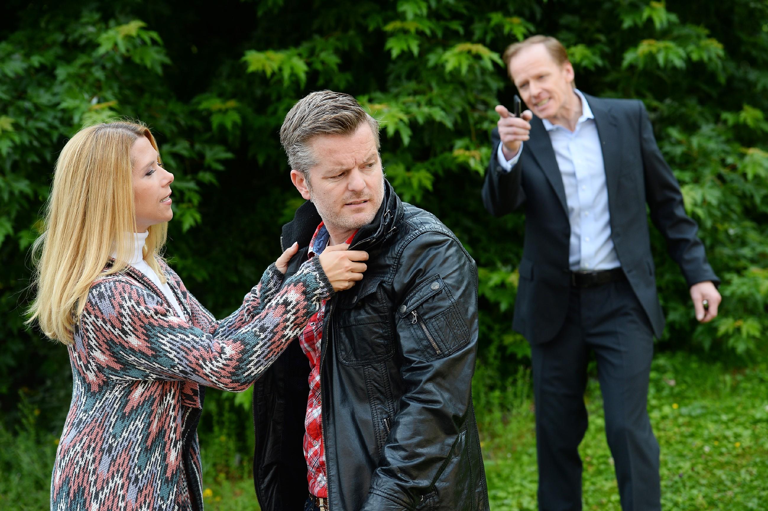 Als Ingo (AndréŽ Dietz, M.) handgreiflich wird, um über Beas Scheidungsanwalt Victor Riemke (Dieter Gring) an Beas Adresse zu kommen, verhindert Diana (Tanja Szewczenko) Schlimmeres. (Quelle: RTL / Willi Weber)