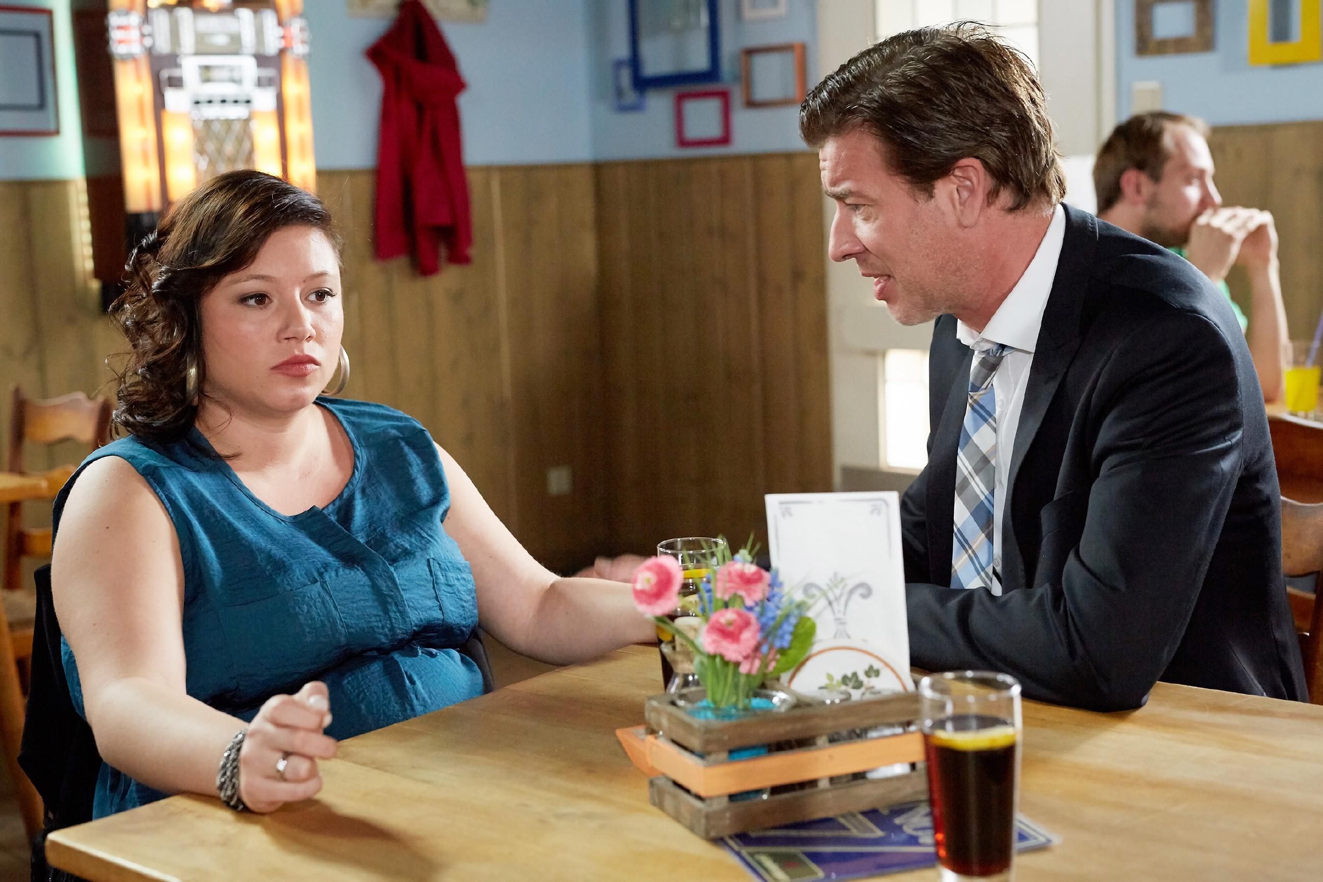 Vanessa (Julia Augustin) ist fassungslos, dass Leos Schicksal Christoph (Lars Korten) offenbar komplett kalt zu lassen scheint. (Quelle: RTL / Guido Engels)
