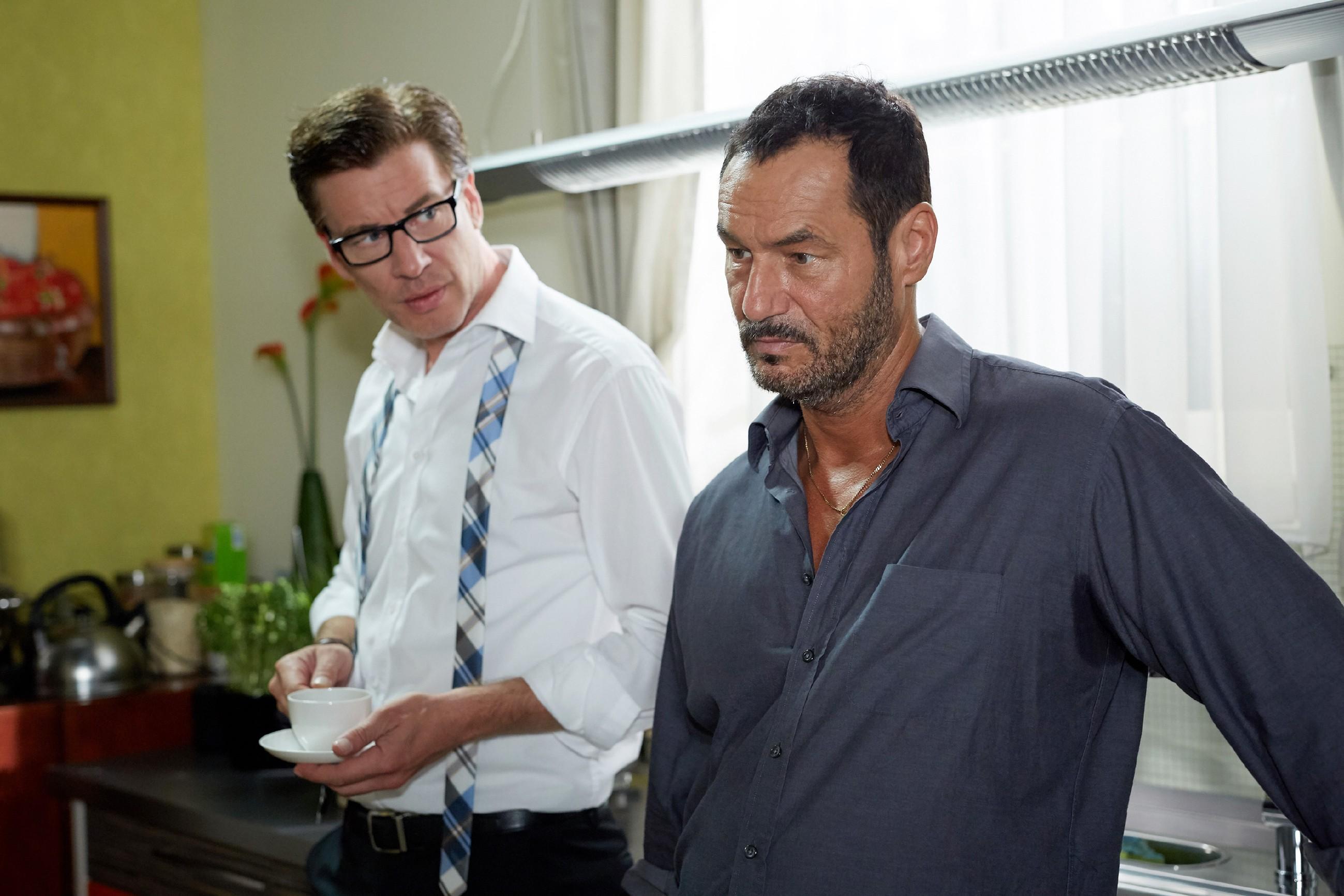 Christoph (Lars Korten, l.) und Richard (Silvan-Pierre Leirich) hoffen, dass Simone bis zu ihrer Befreiung durchhält. (Quelle: RTL / Guido Engels)