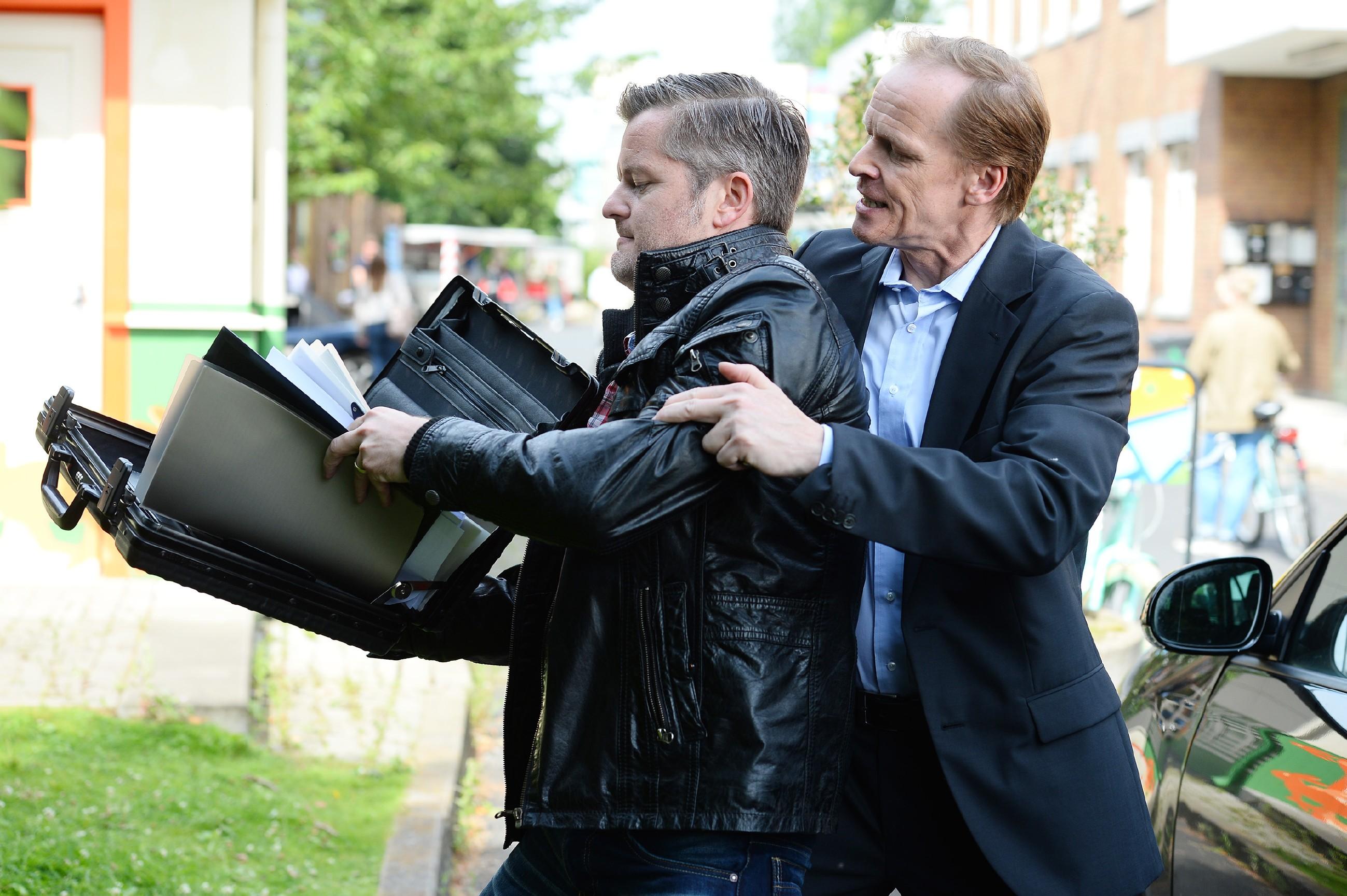 Ingo (AndréŽ Dietz, l.) wird handgreiflich, um über die Unterlagen von Beas Scheidungsanwalt Victor Riemke (Dieter Gring) an Beas Adresse bzw. Telefonnummer zu kommen. (Quelle: RTL / Willi Weber)