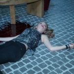 Fiona (Olivia Burkhart) liegt leblos im Innenhof... (Quelle: RTL / Stefan Behrens)