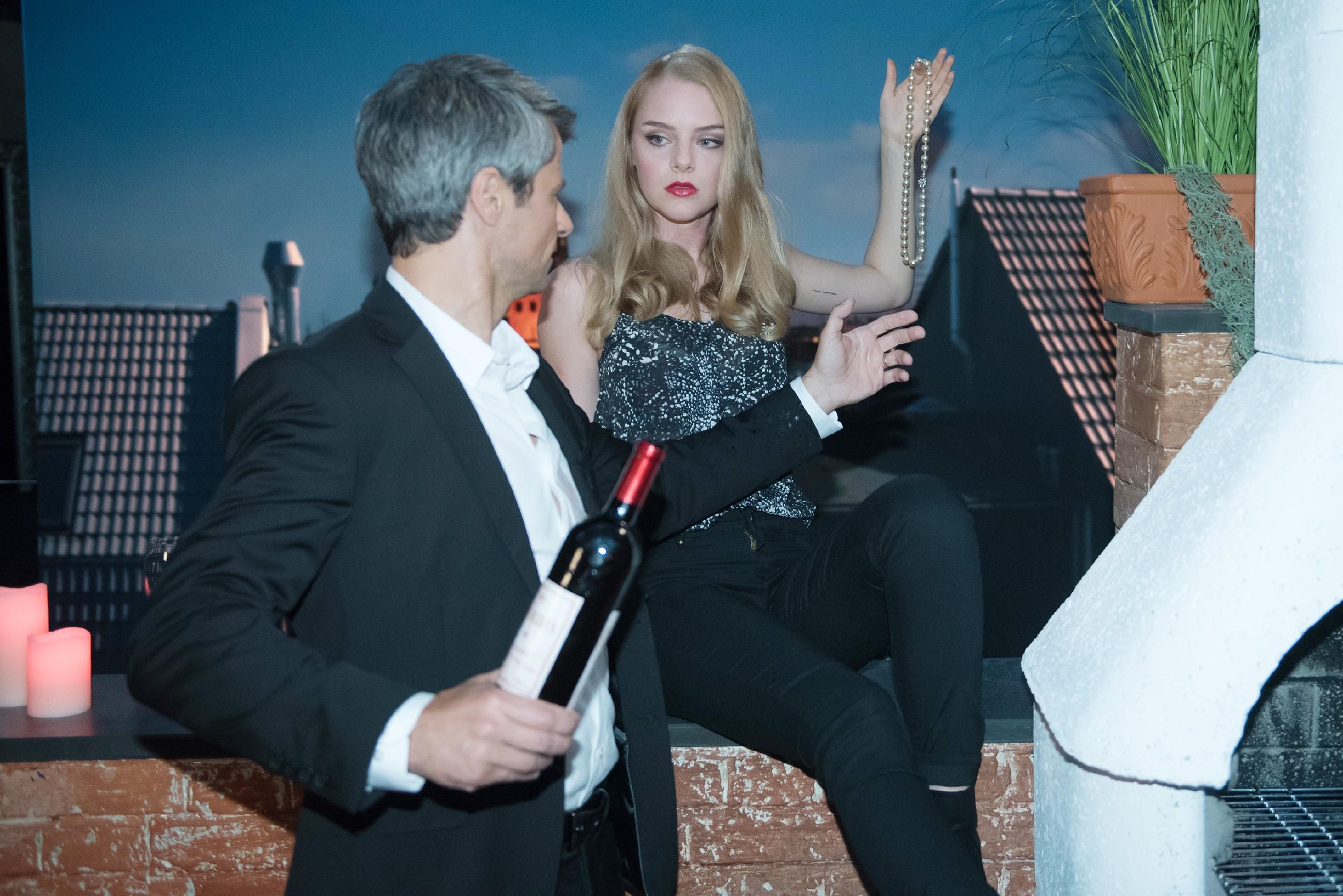 Benedikt (Jens Hajek) vermutet wütend, dass Fiona (Olivia Burkhart) ihn mit einer billigen Sex-Falle reinzulegen versucht... (Quelle: RTL / Stefan Behrens)
